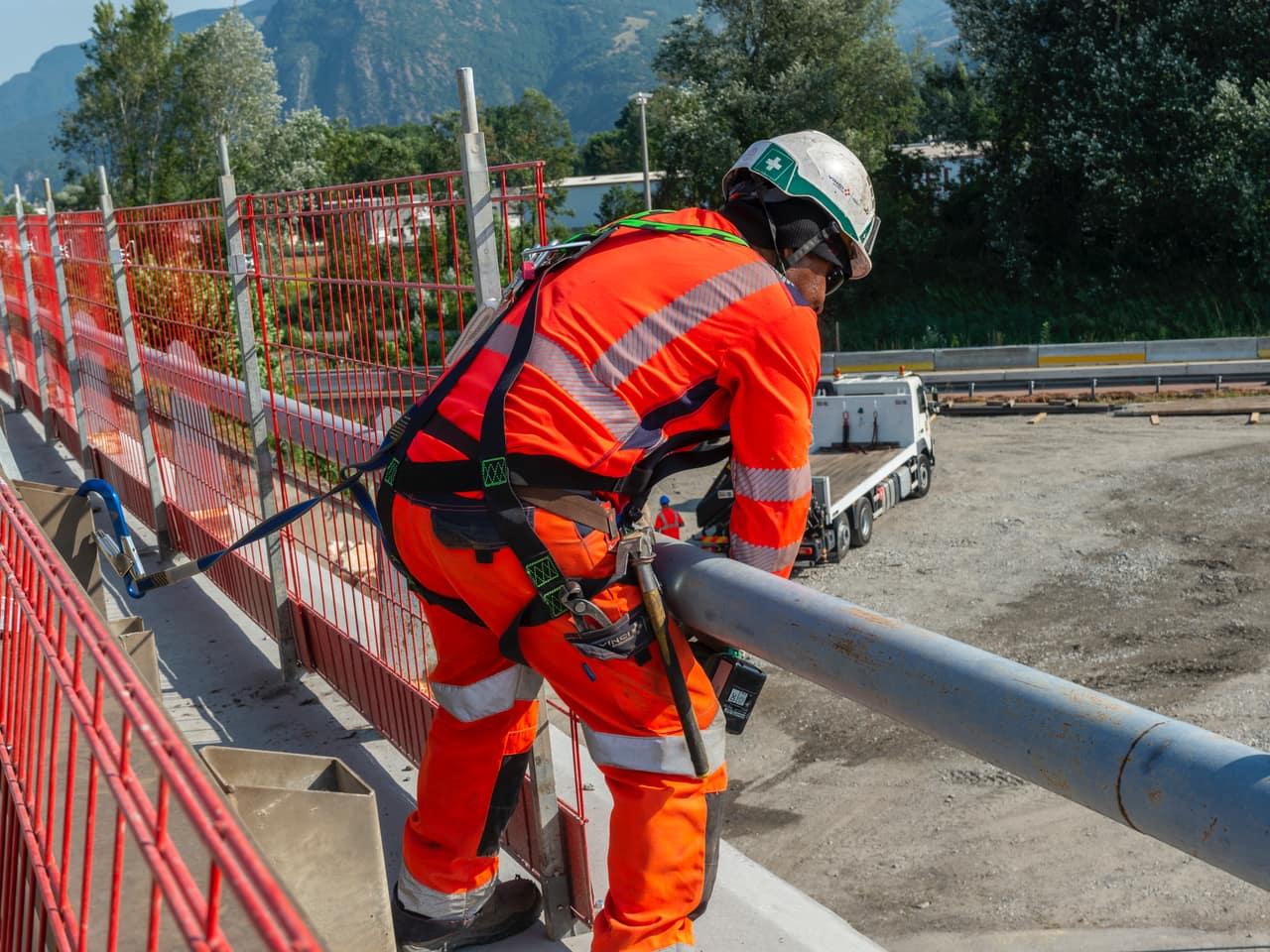 technicien à l'oeuvre sur le pont de l'Isère