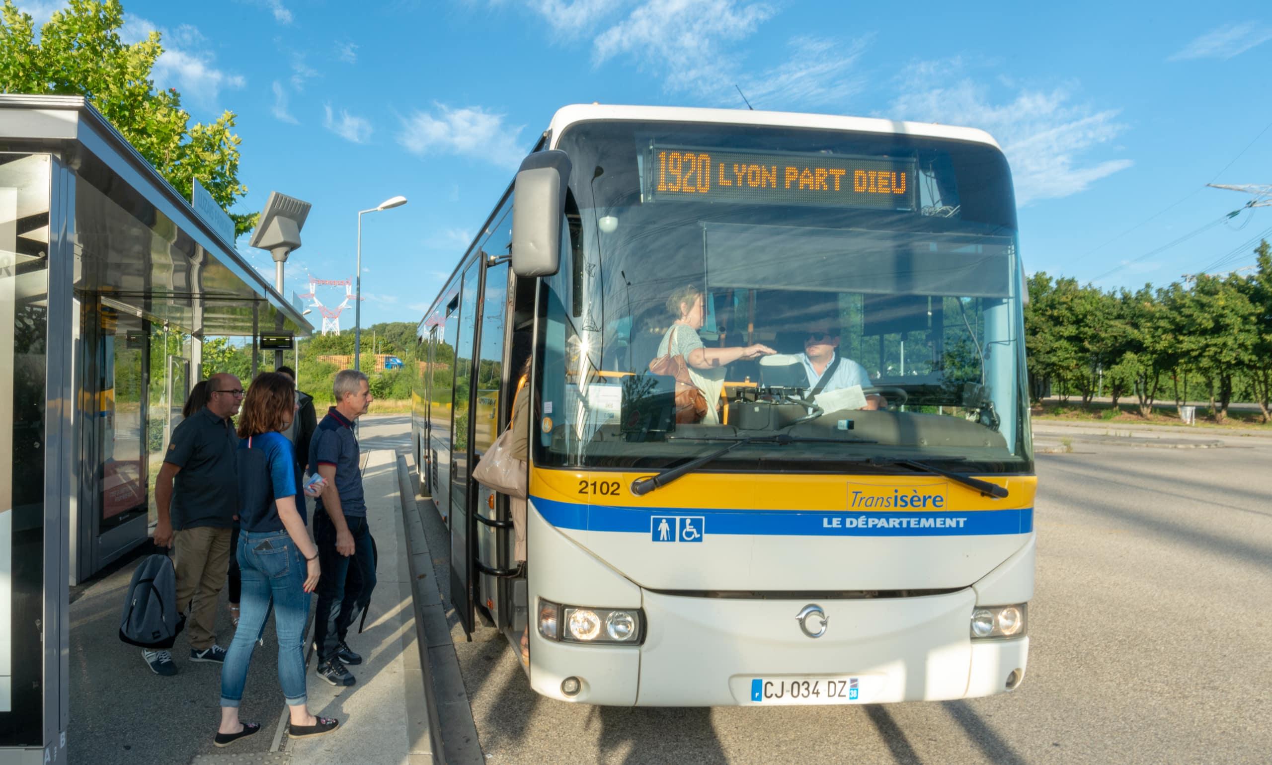 bus devant un arrêt direction Lyon-Pardieu