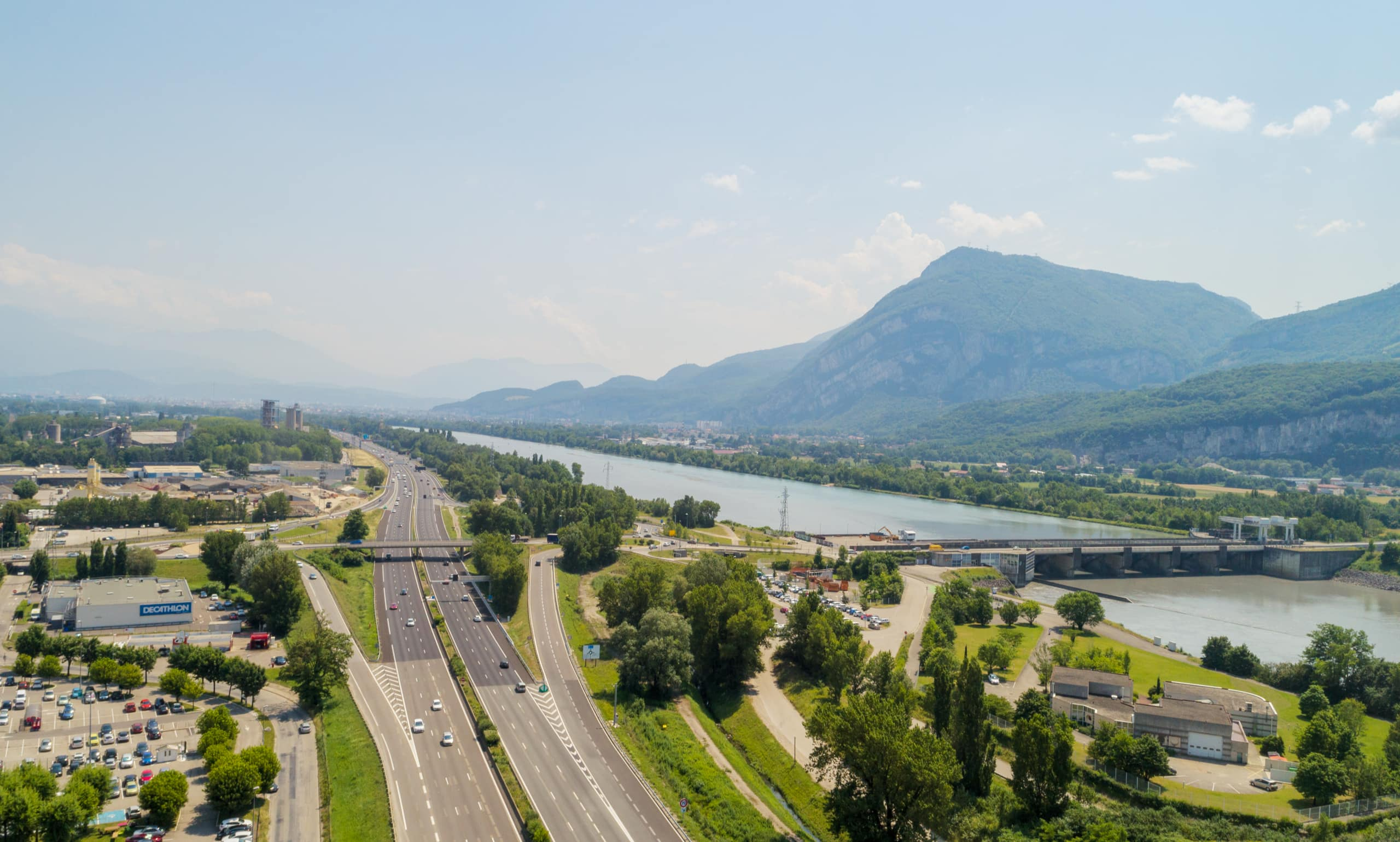 autoroute A480 le long de Grenoble vu du ciel