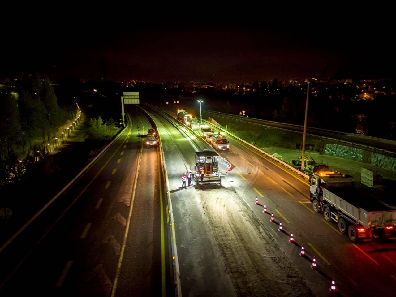 réalisation de la chaussée de l'A480 de nuit