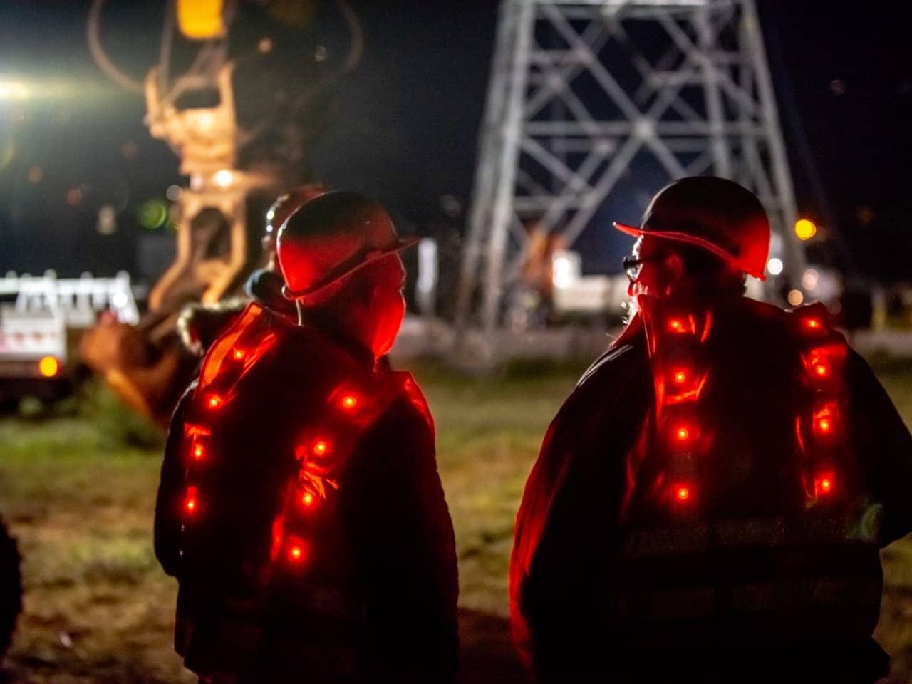 employés d'AREA travaillant sur le chantier de nuit