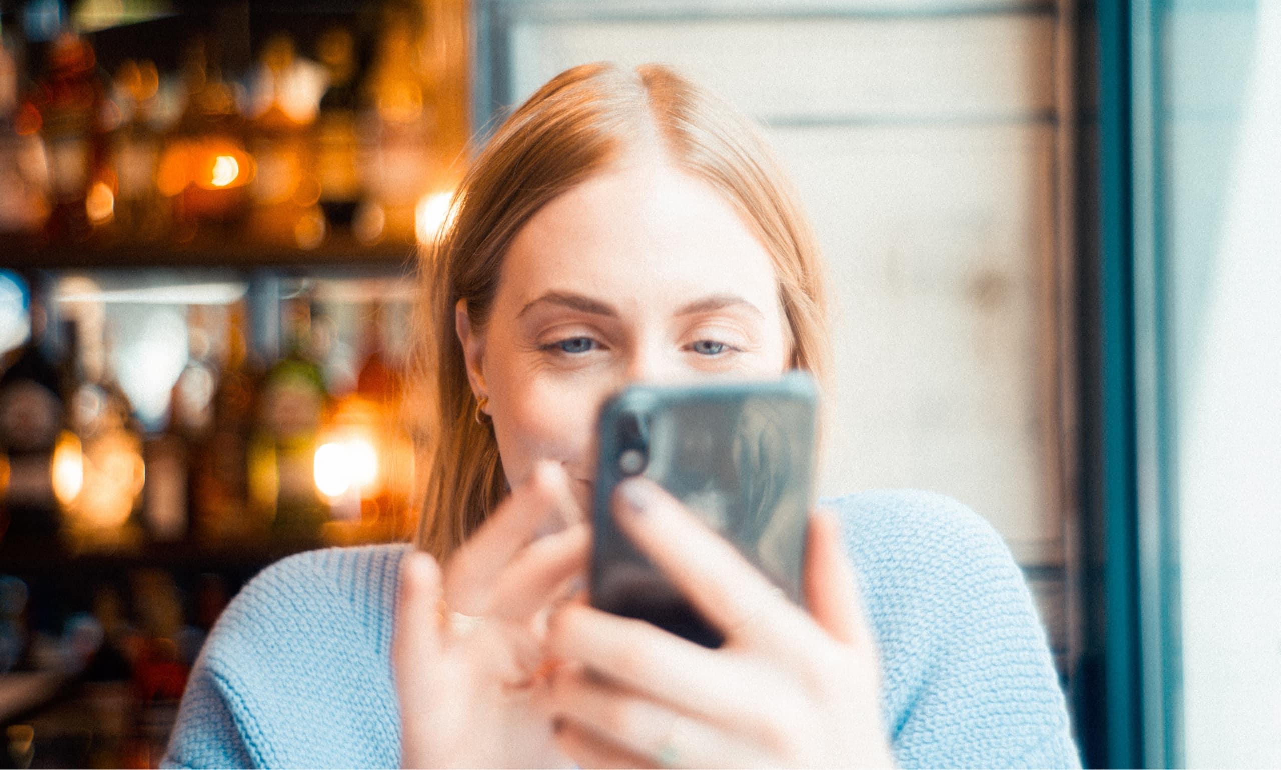 jeune femme utilisatn son téléphone portable