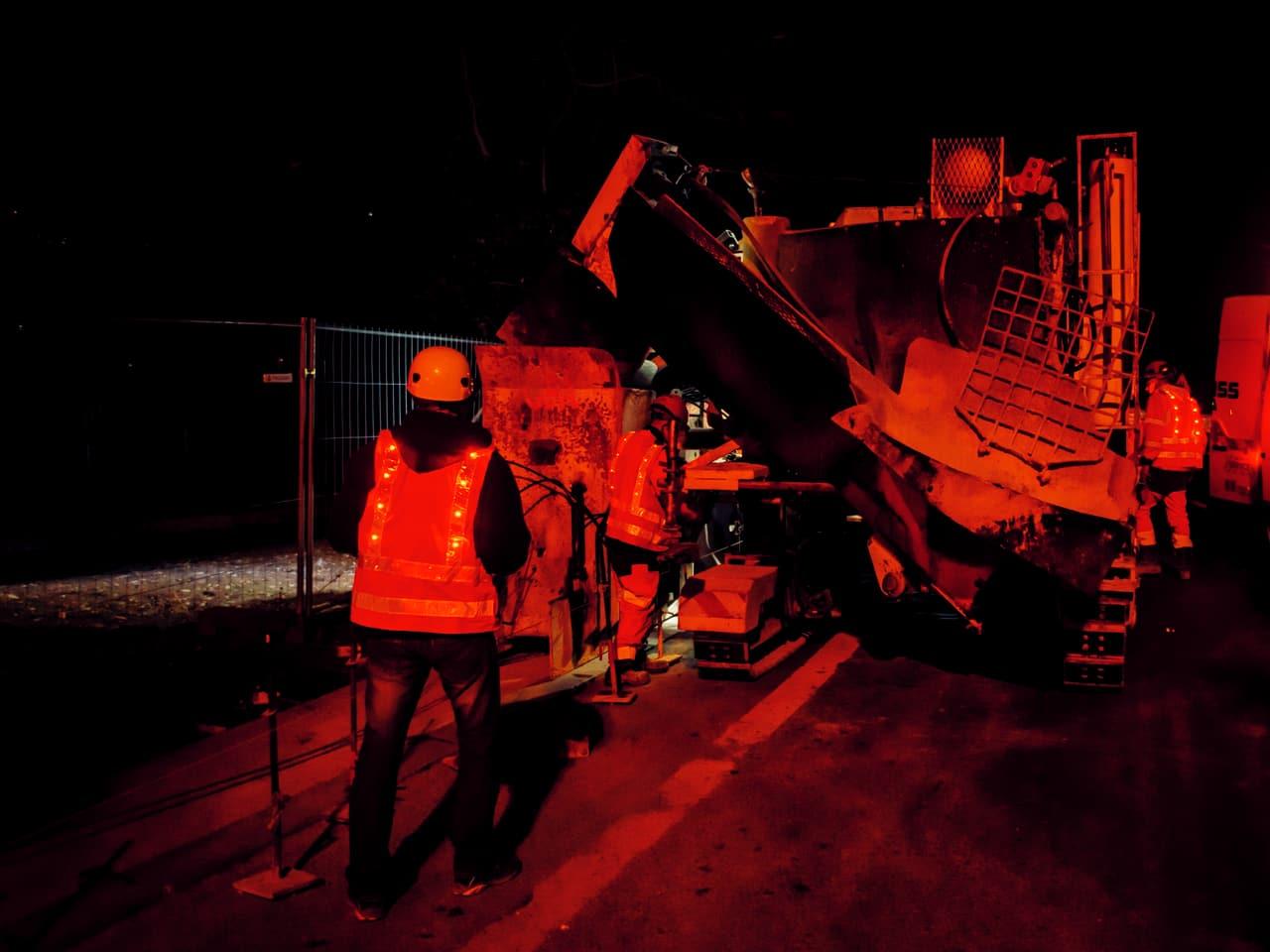 Agents d'APRR travaillant de nuit sur l'axe autoroutier A480 et A48