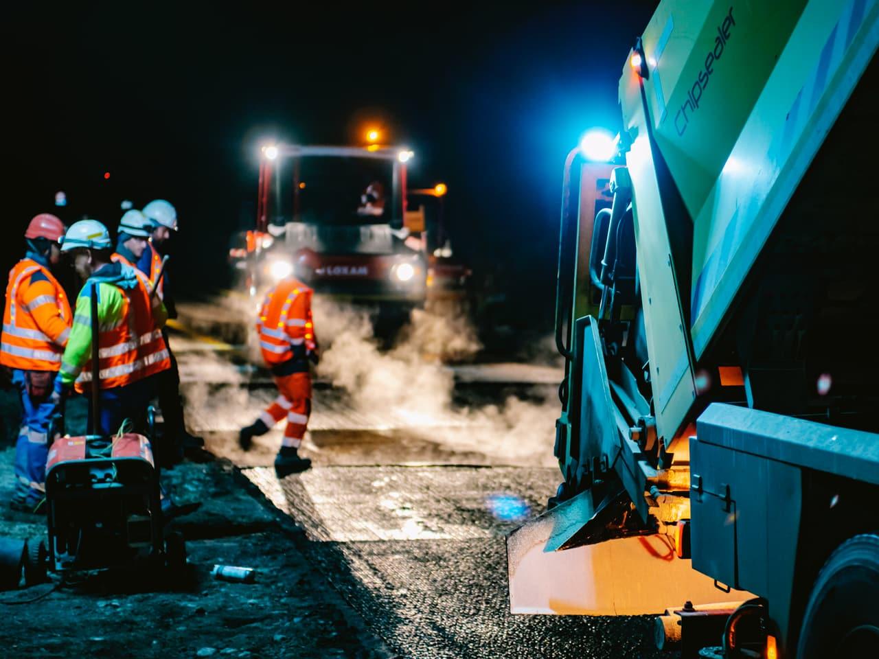 Agents travaillant sur les voies de l'autoroute A480 durant la nuit