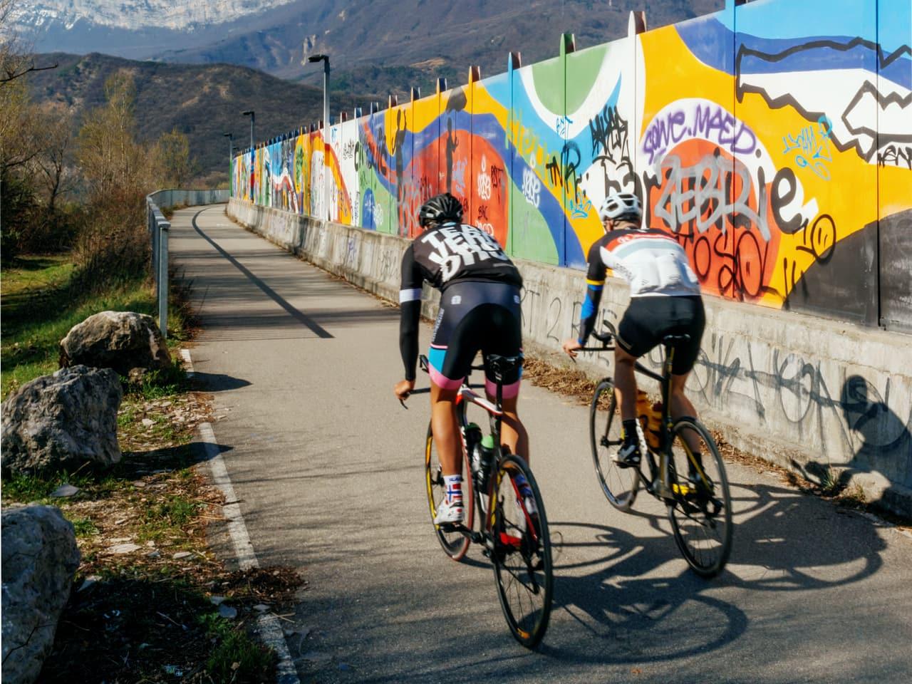 Cyclistes profitant des pistes cyclables le long de l'A480