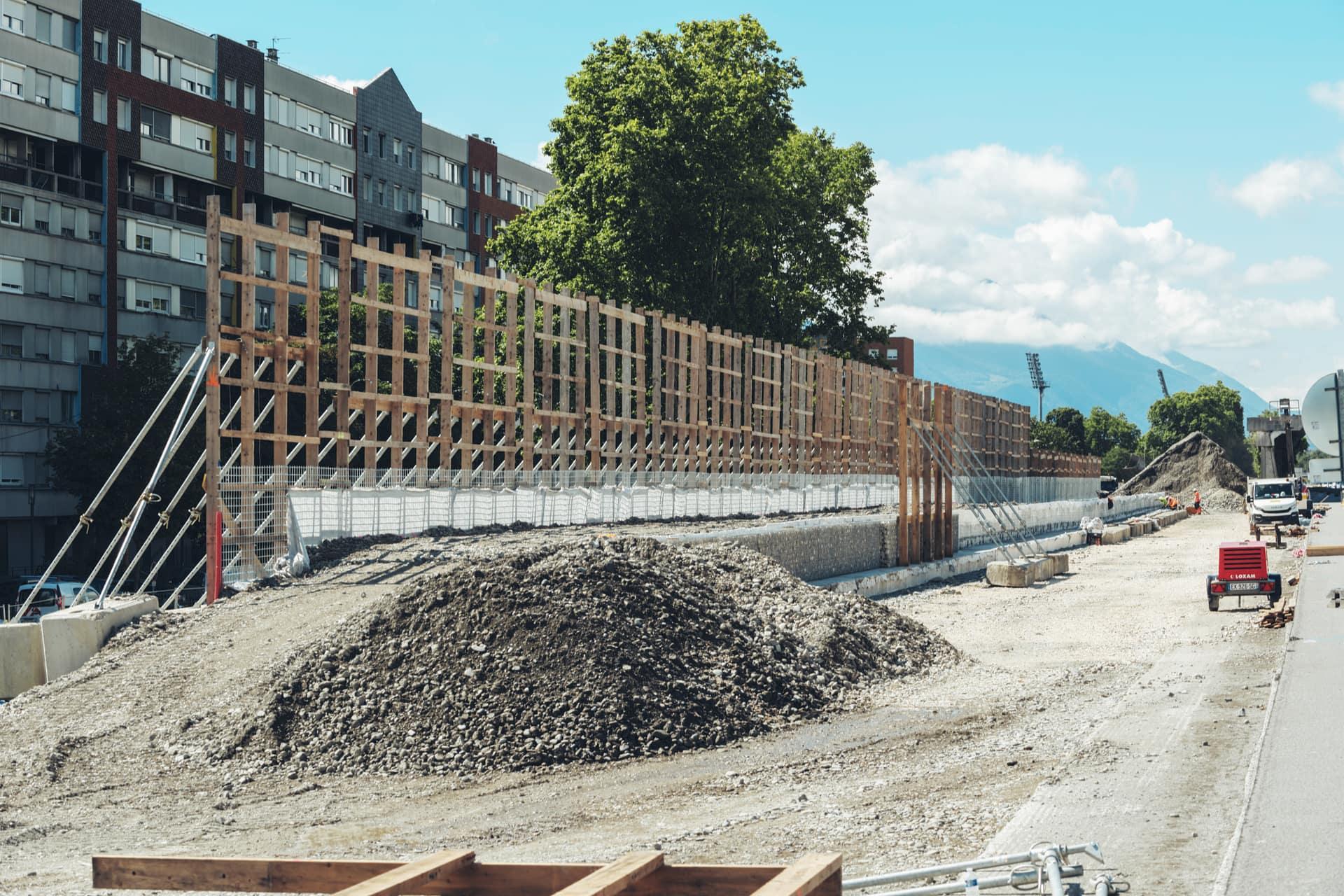 Seconde phase des travaux du mur acoustique au quartier Mistral de Grenoble le long de l'A480
