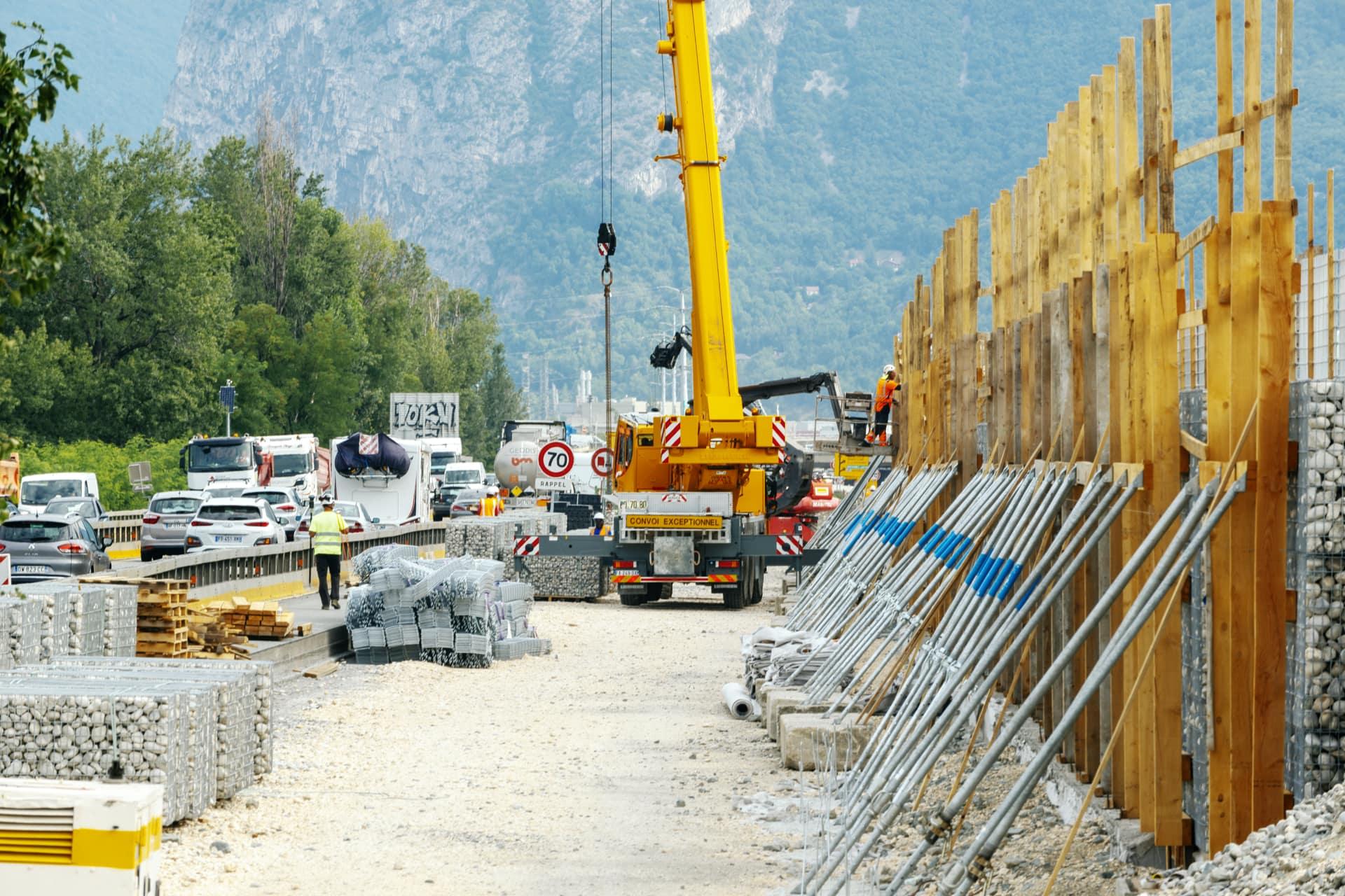 le long de l'A480, construction d'un écran acoustique nouvelle génération au quartier Mistral de Grenoble.