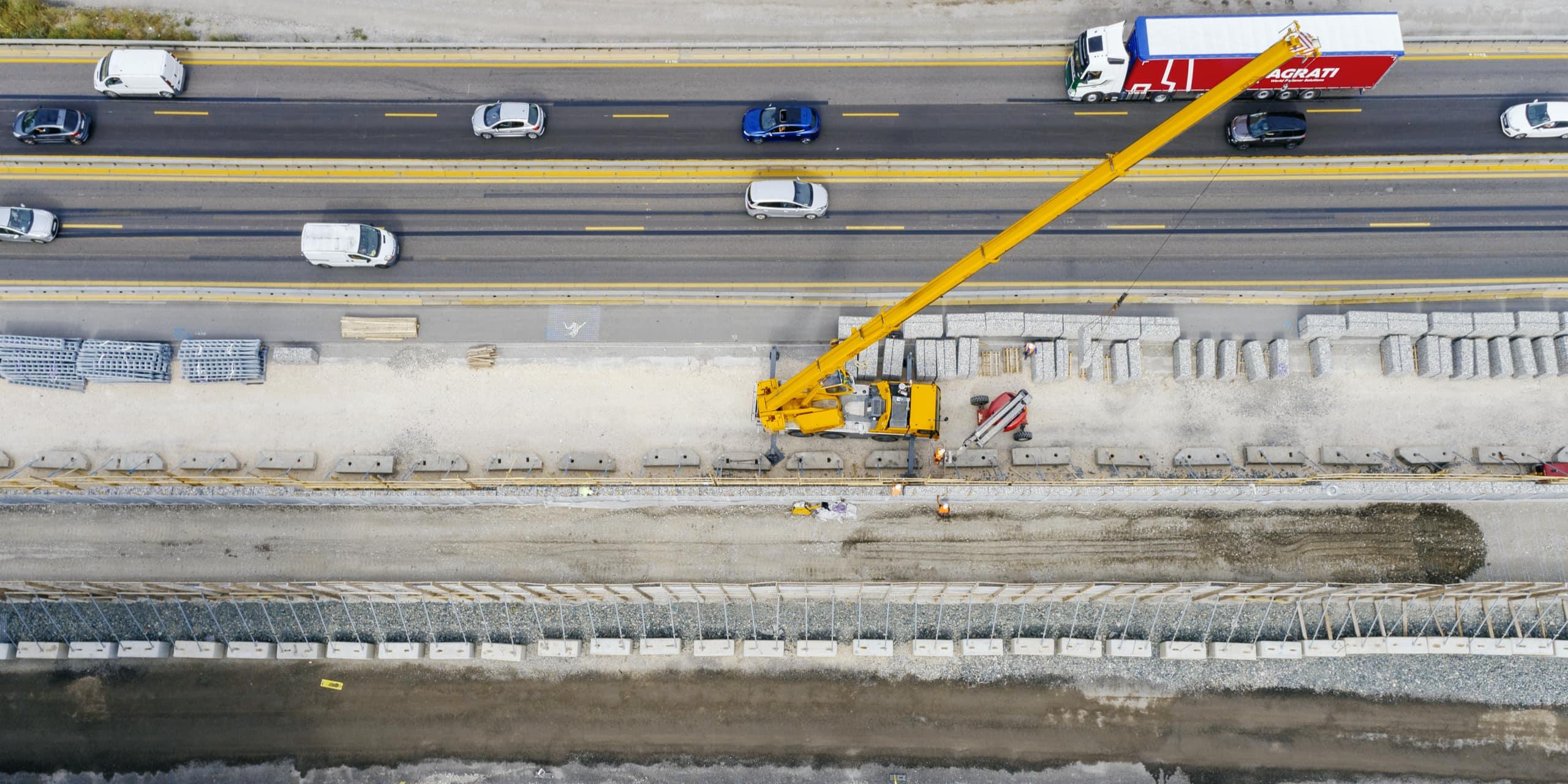 Sur l'autoroute A480, construction d'un écran acoustique nouvelle génération à Mistral, Grenoble.