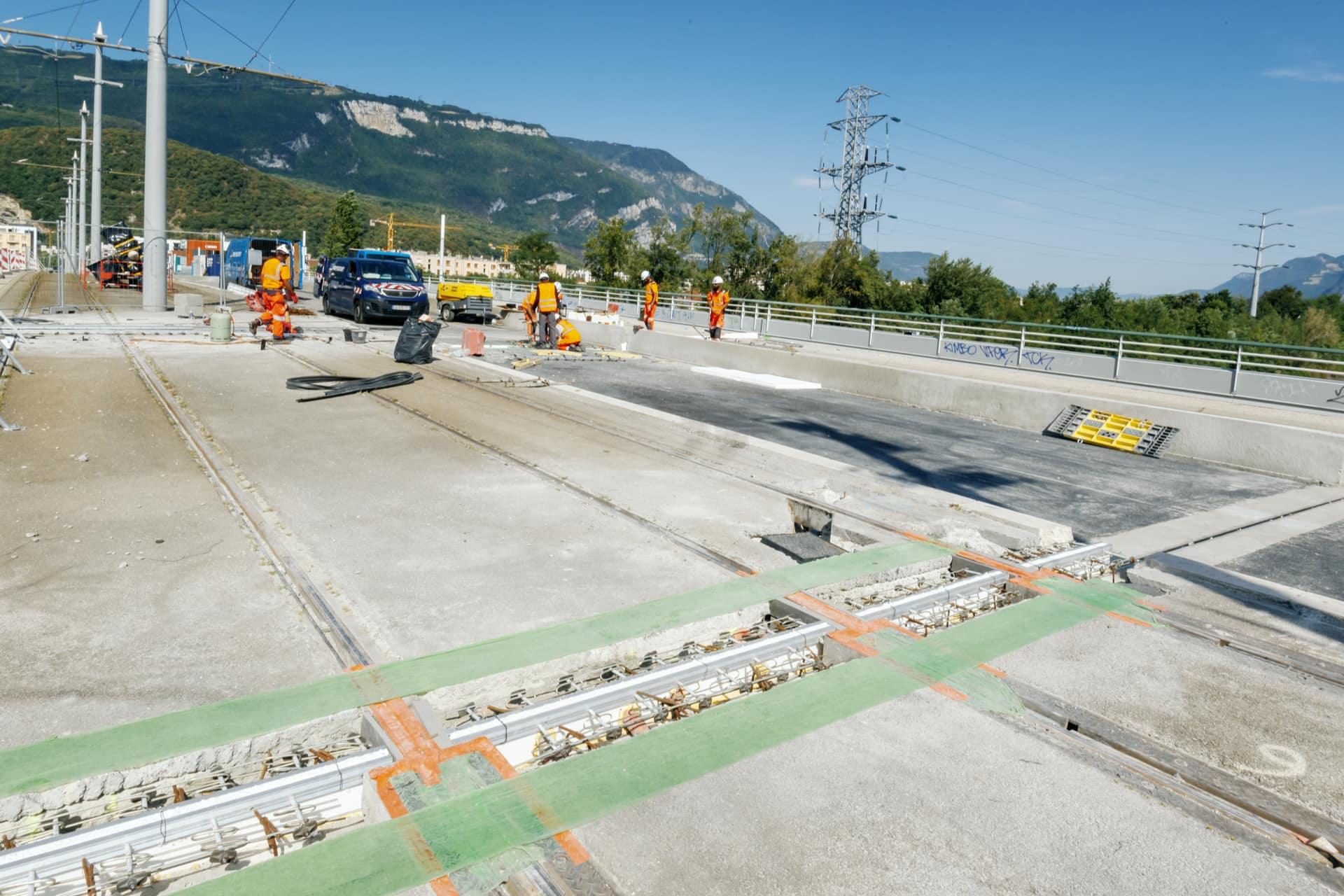 Travaux préparatoire avant le ripage su nouveau pont de Catane à Grenoble, au-dessus de l'autoroute A480.