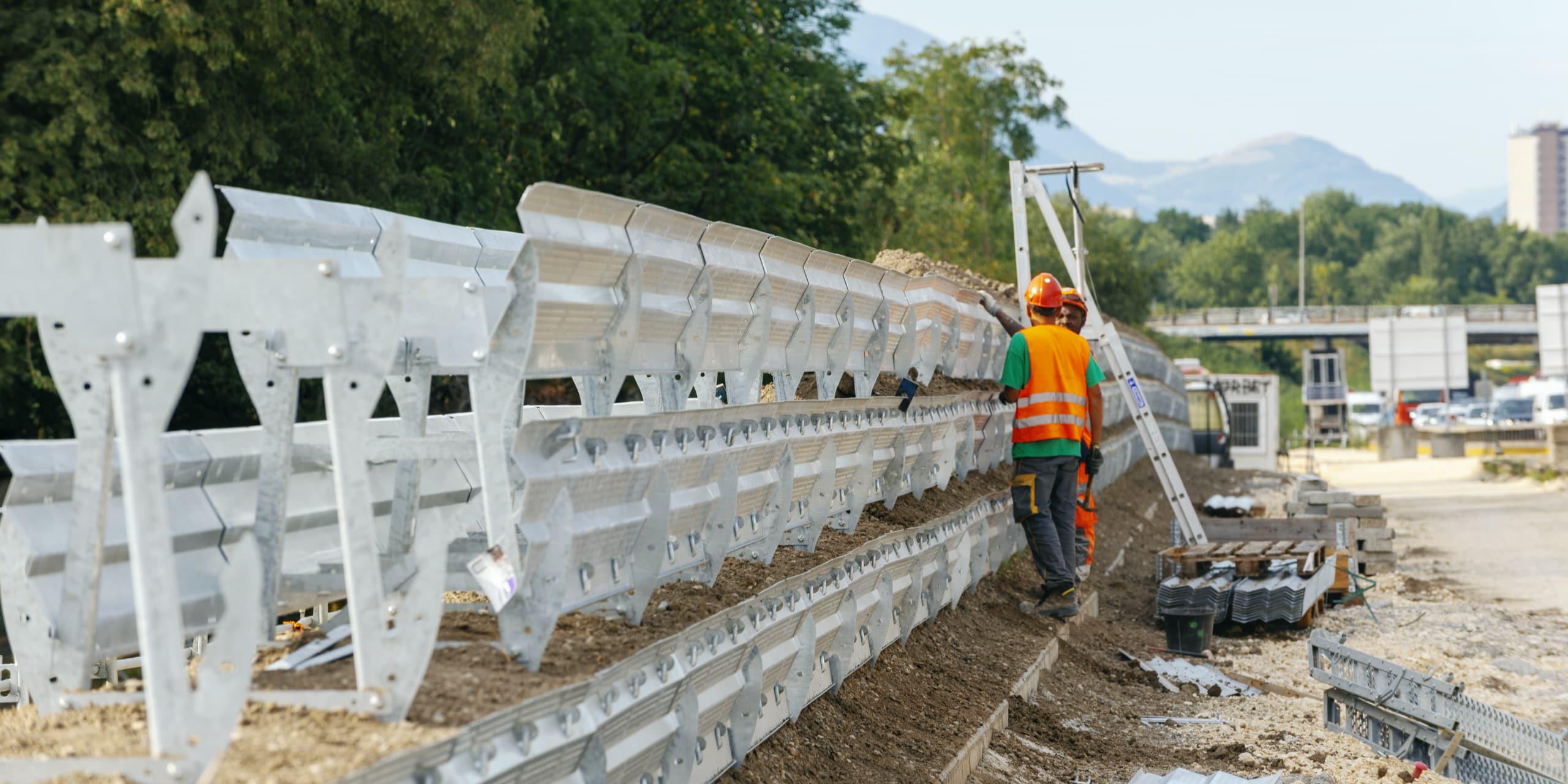 Agents travaillant sur la réalisation d'un écran acoustique le long de l'A480 dans la ville de Grenoble