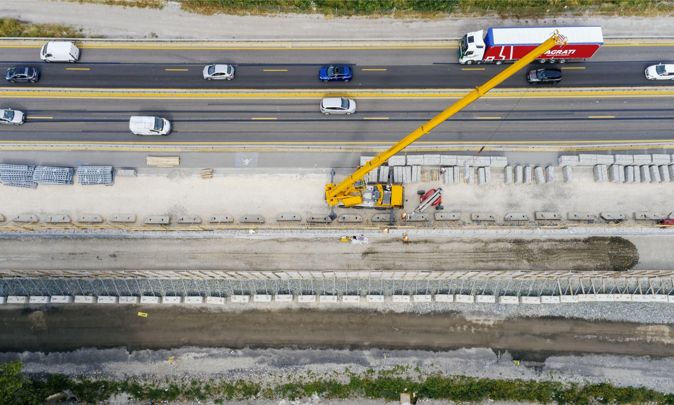 photographie de la construction d'un écran acoustique le long de l'A480 à Grenoble