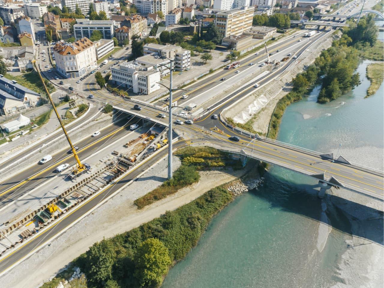 vue aérienne du pont de Vercors et de la bretelle d'entrée sur l'autoroute A480 dans la ville de Grenoble