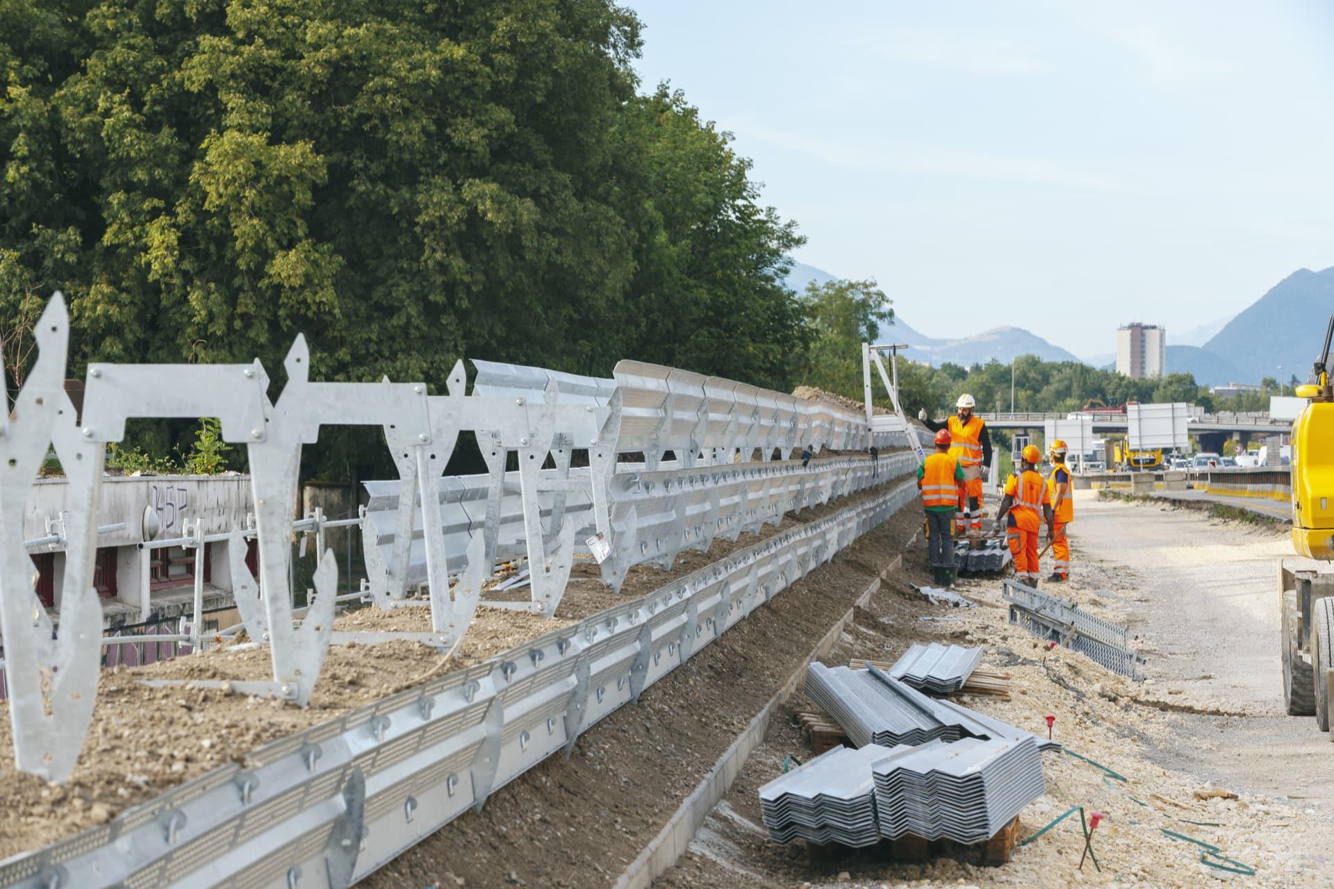 construction d'un mur acoustique végétal par des agents travaillant pour AREA le long de l'autoroute A480