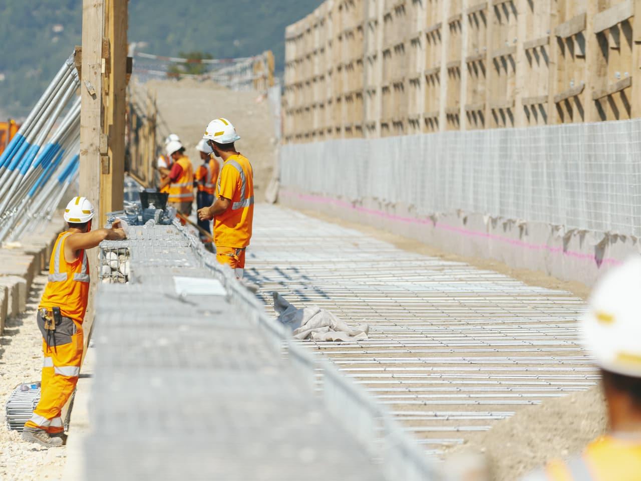 Installation du mur acoustique le long de l'autoroute A480 sur l'agglomération Grenobloise par les équipes d'AREA