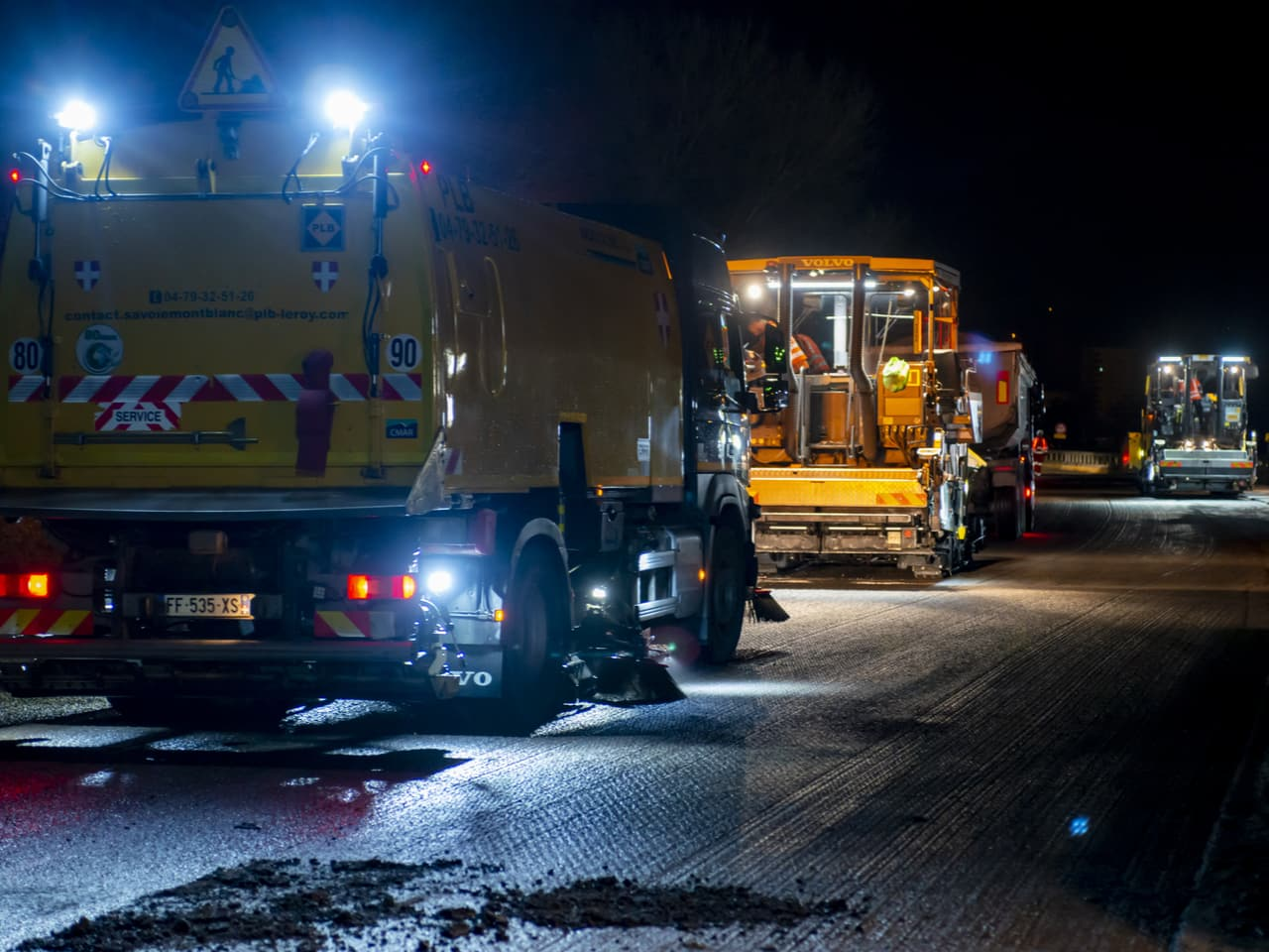 agents travaillant de nuit sur l'aménagement de l'autoroute A480 à Grenoble