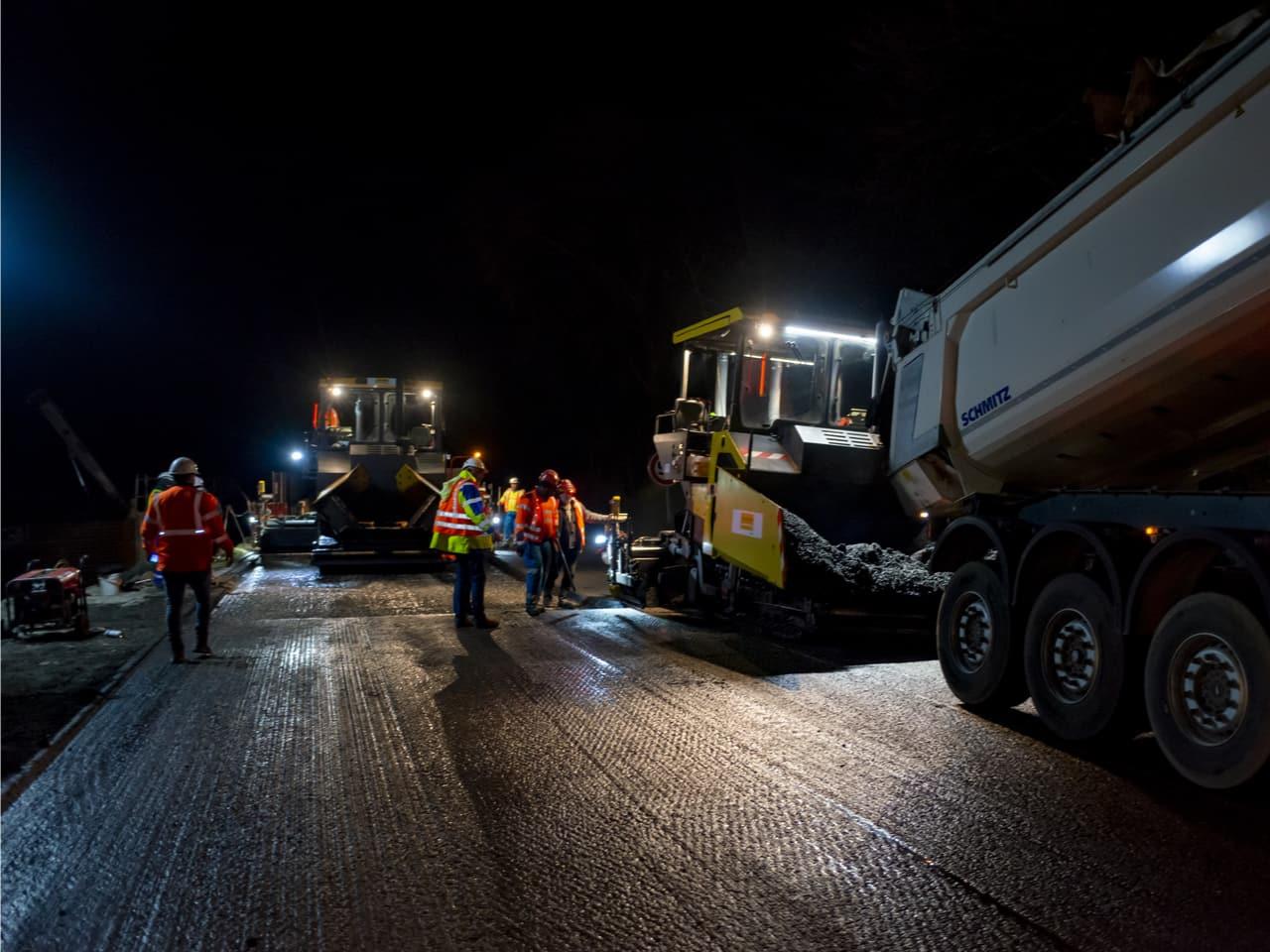préparation par les agents d'AREA pour l'application du nouveau revêtement sur l'autoroute A480 à Grenoble
