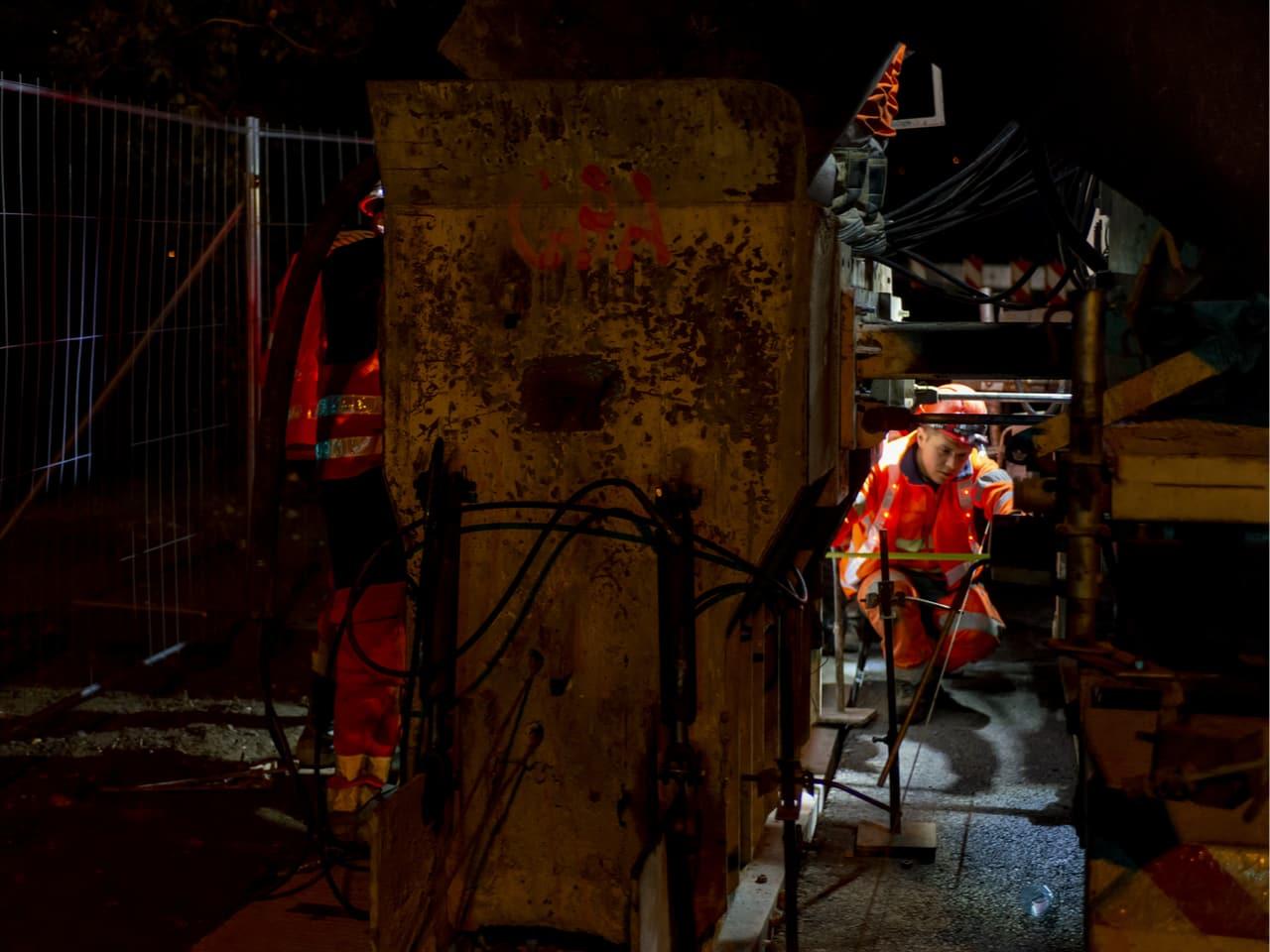 Agent d'AREA travaillant à l'aménagement de l'autoroute A480 durant la nuit dans le secteur de Grenoble