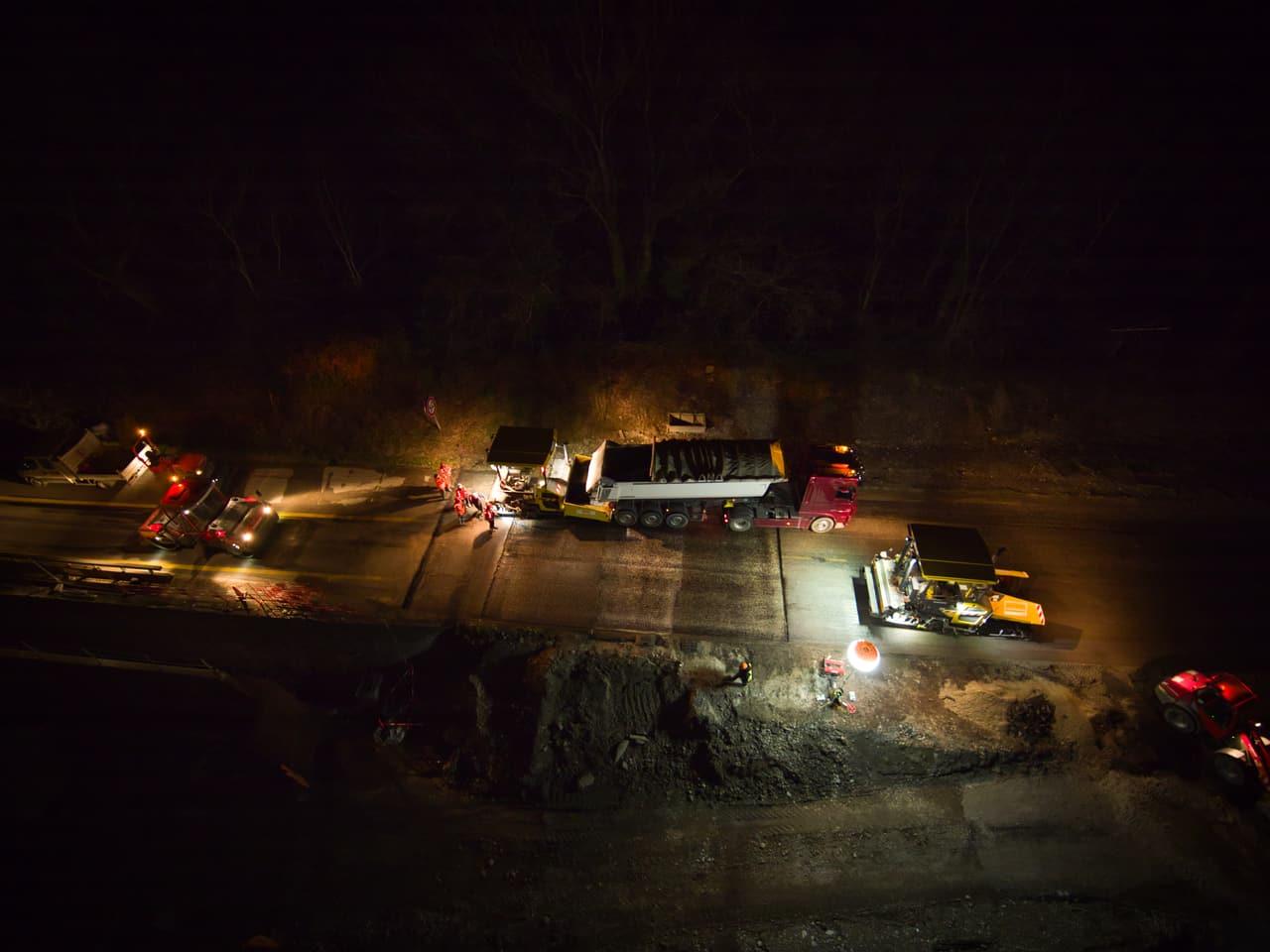 Agents d'AREA travaillant de nuit sur une voies d'accès sur l'autoroute A480