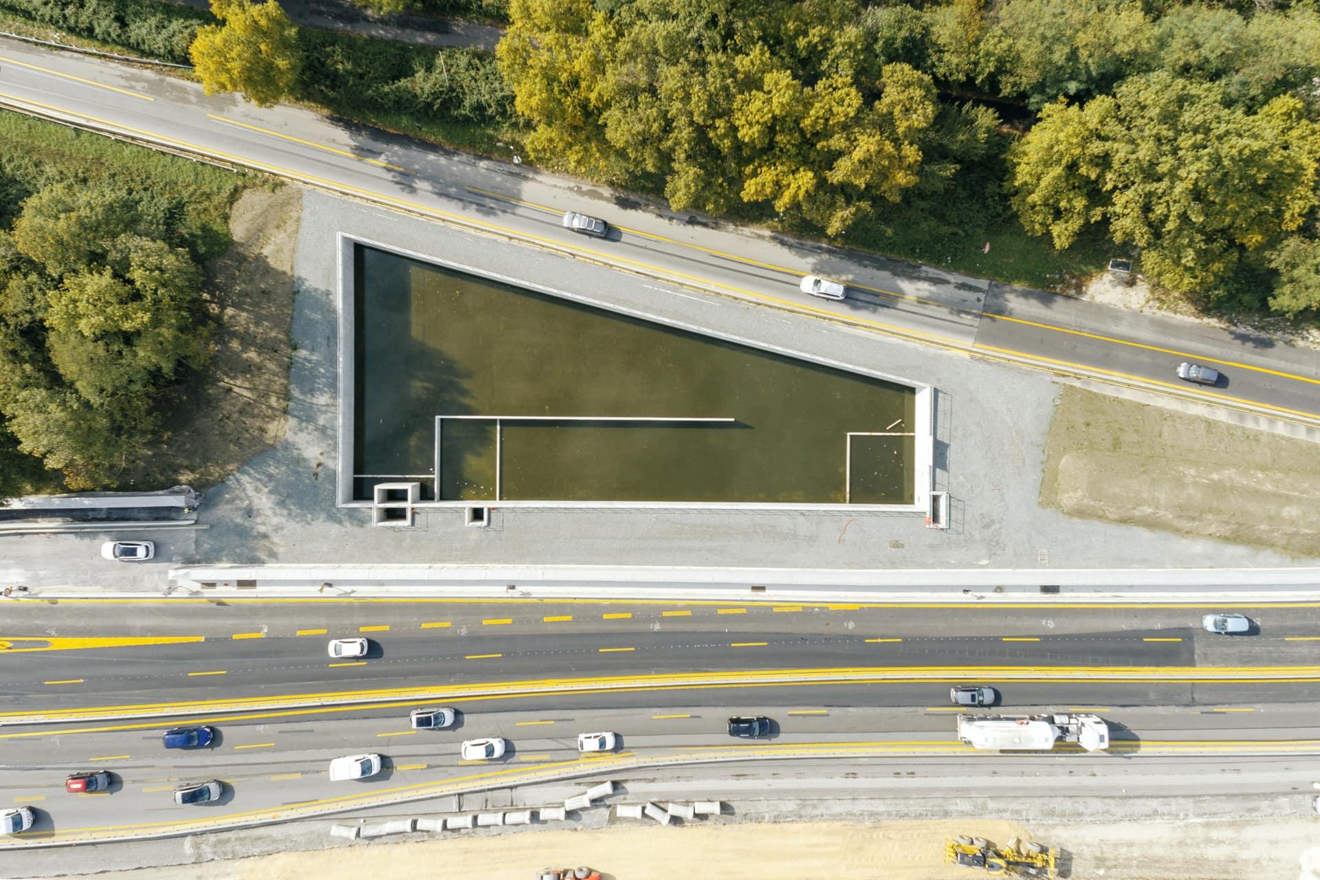 Bassin de rétention anti-pollution au niveau du diffuseur de Seyssins sur l'autoroute A480 à Grenoble