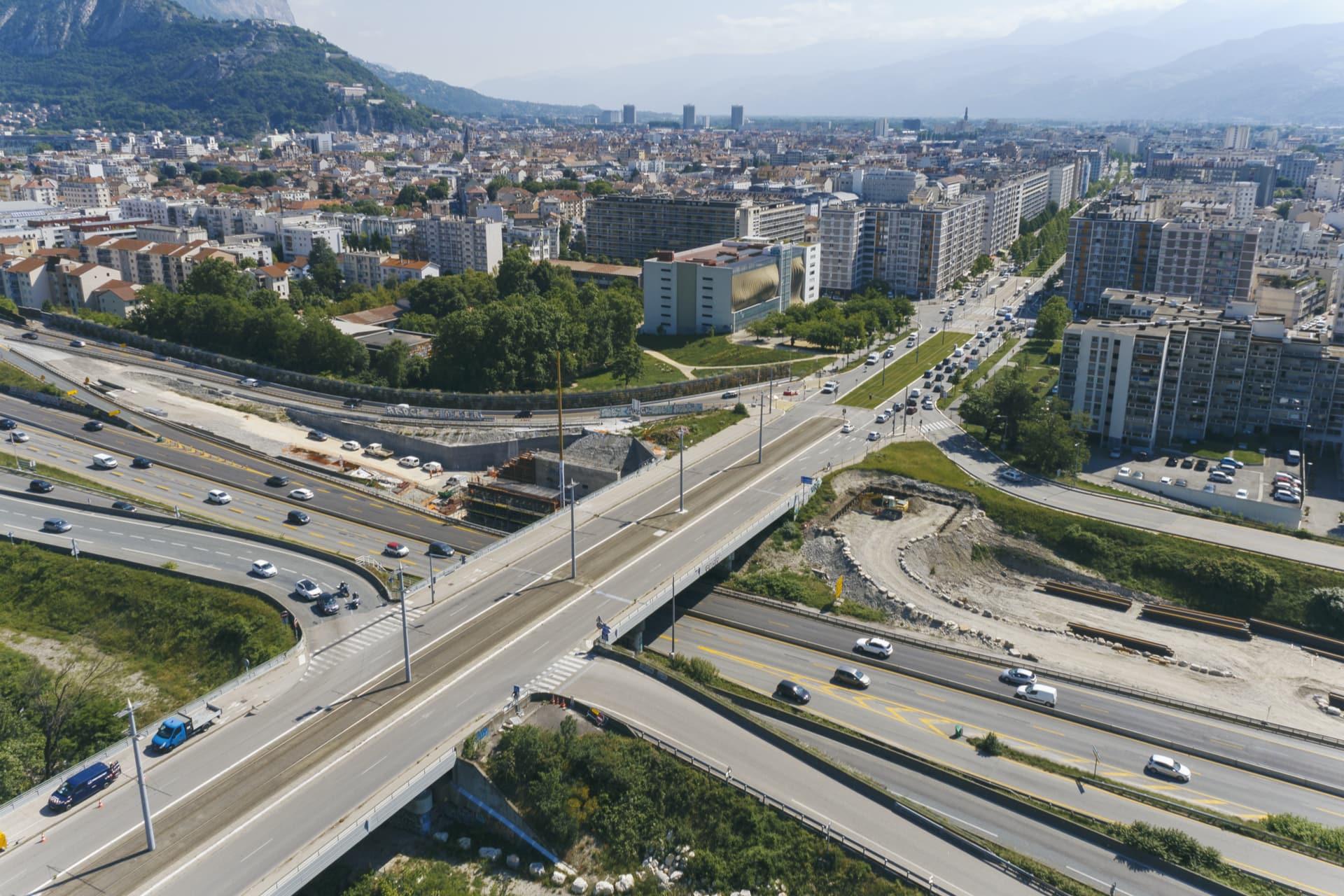 Les bretelles d'entrée et de sortie de l'échangeur de Catane à Grenoble depuis l'autoroute A480