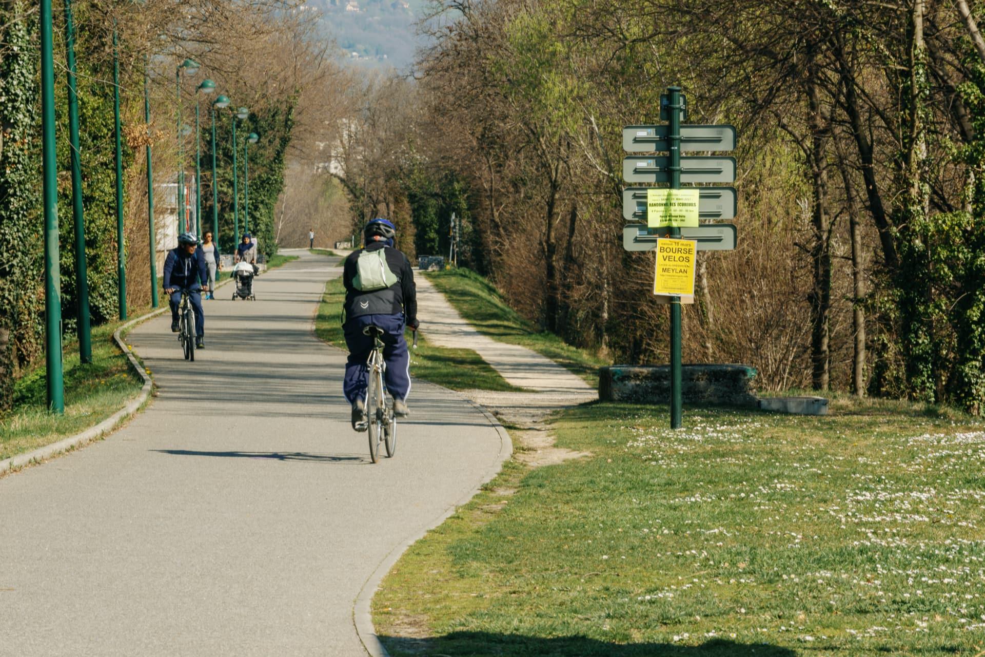 cyclistes le long des voies cyclables sur Grenoble