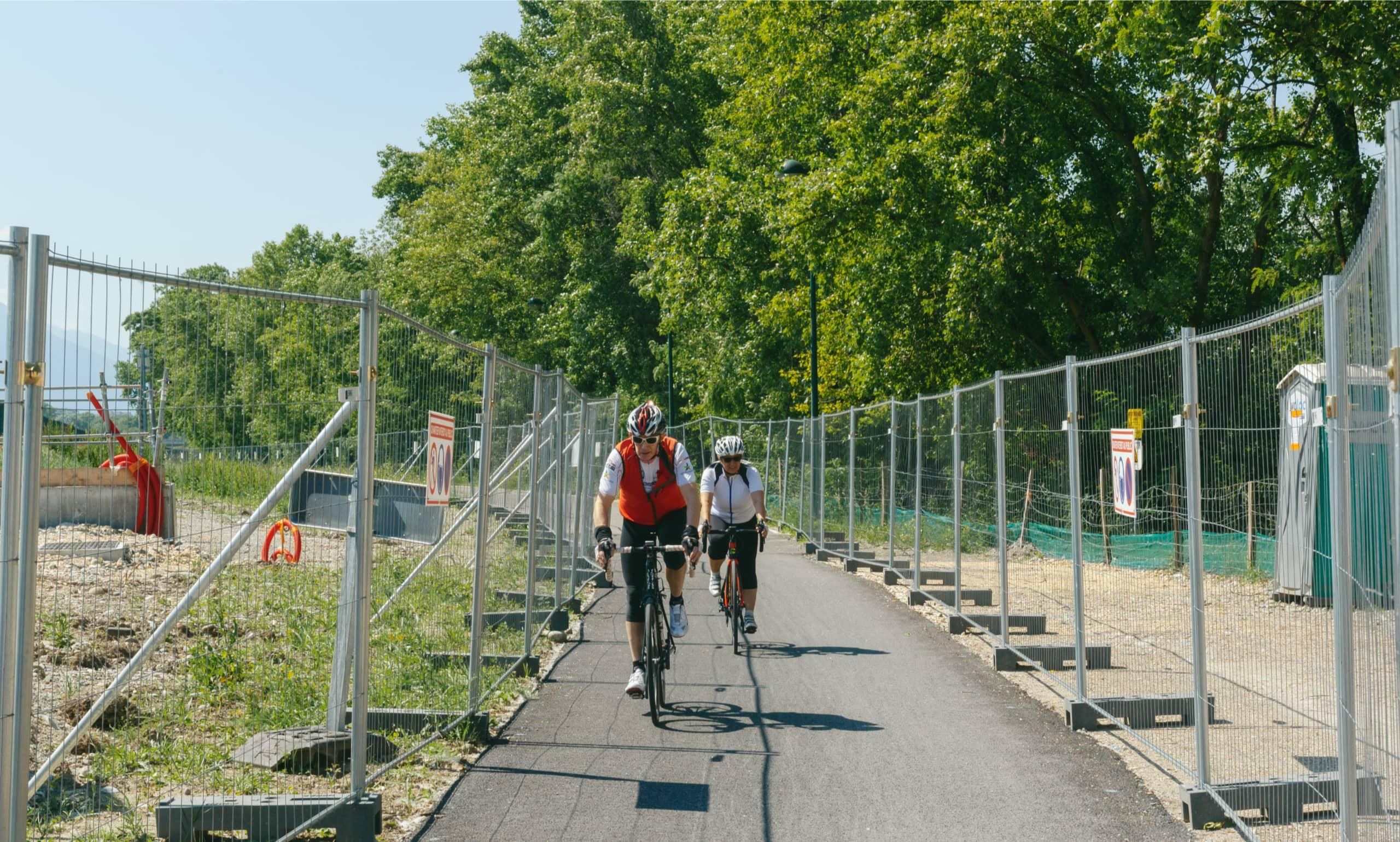 Cyclistes roulant sur la voie verte le long de l'autoroute A480 à Grenoble