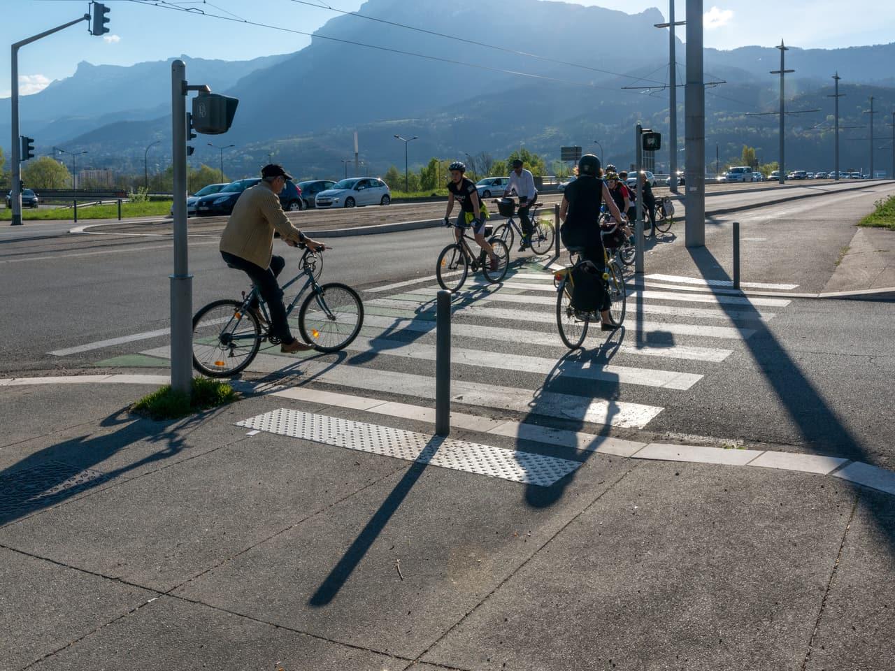 Cyclistes empruntant les pistes cyclables le long de l'A480 à Grenoble