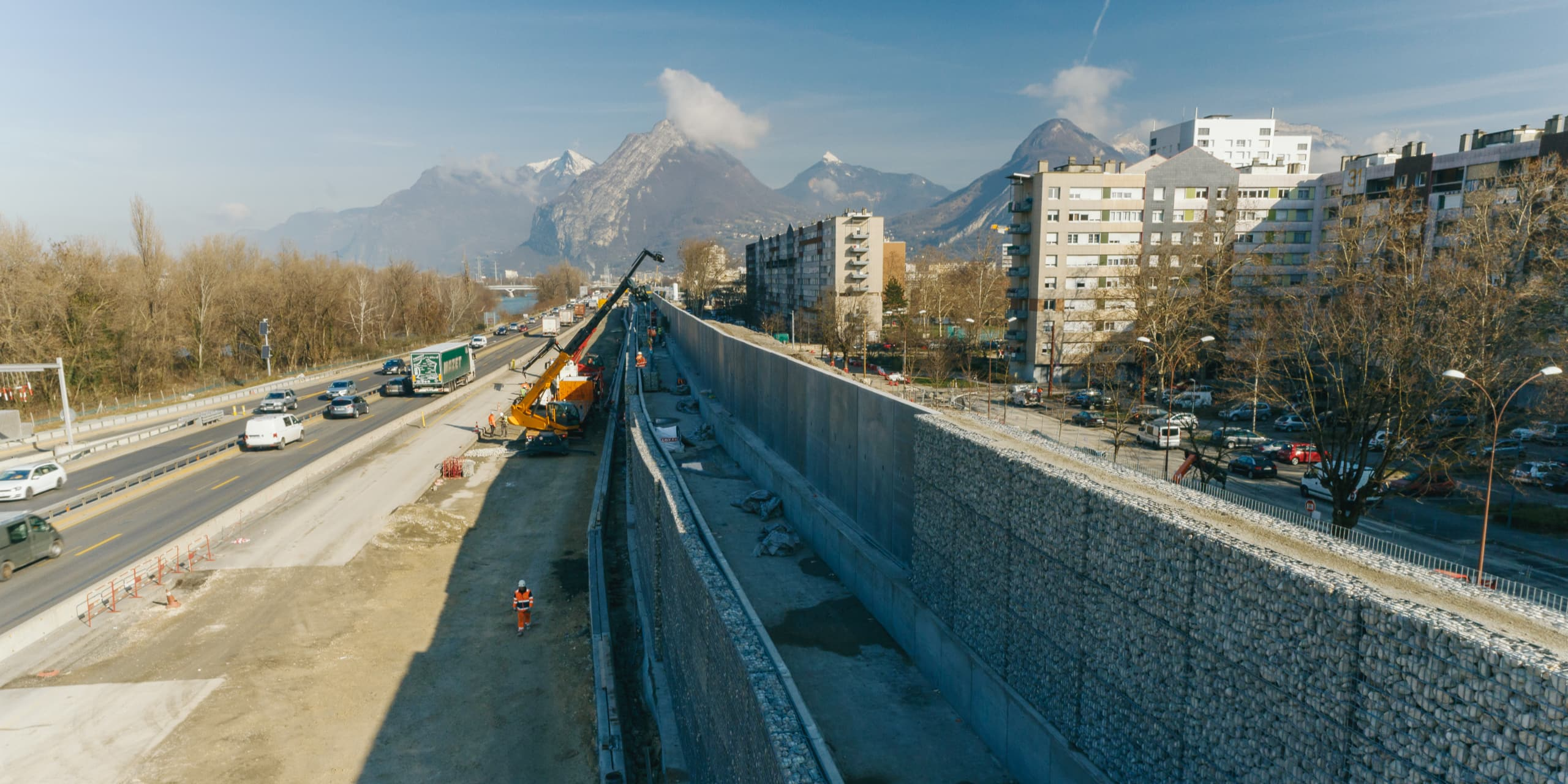 pose des écrans acoustiques de galets de l'Isère le long de l'autoroute A480