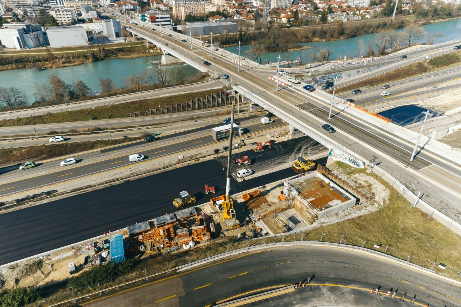 fin de la construction d'un bassin de traitement des eaux sur l'autoroute A480 par les équipes d'AREA