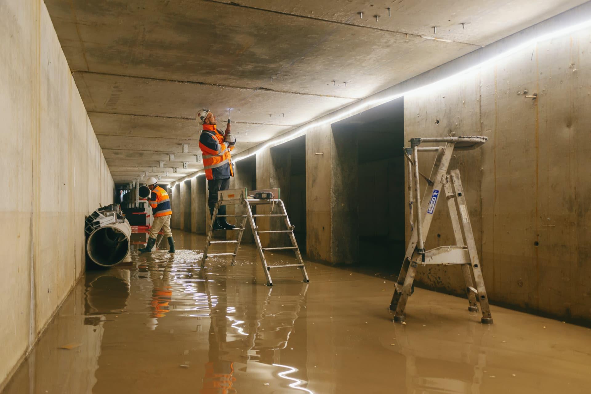 agents d'AREA oeuvrant dans un des bassins de traitements sous l'A480 à Grenoble