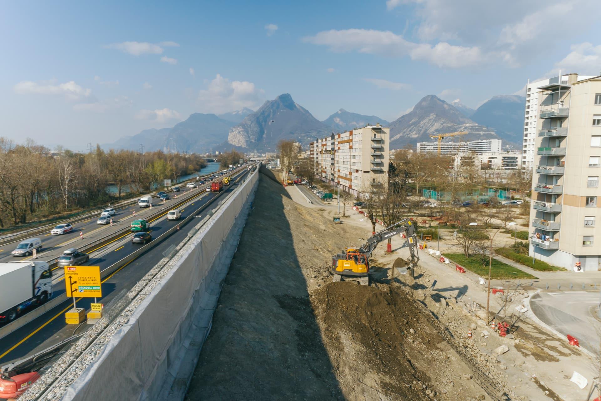 vue de l'écran acoustique végétal en cours de réalisation sur le secteur de Mistral à Grenoble le long de l'autoroute A480