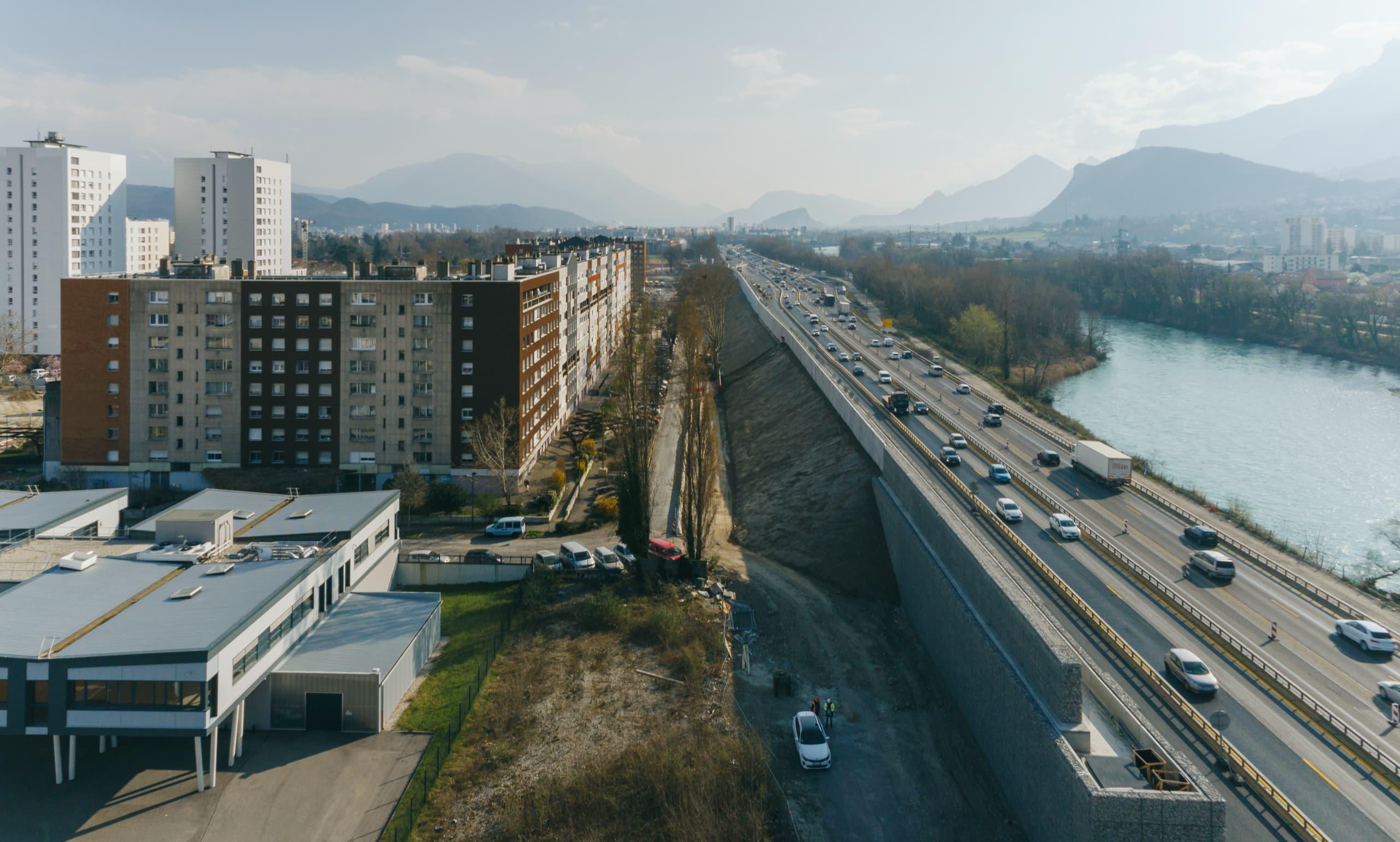 construction de l'écran acoustique végétal sur le secteur de Mistral à Grenoble le long de l'autoroute A480