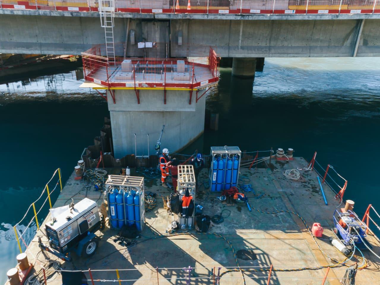 agent travaillant à la construction d'une pile du pont de l'Isère pour l'autoroute urbaine A480