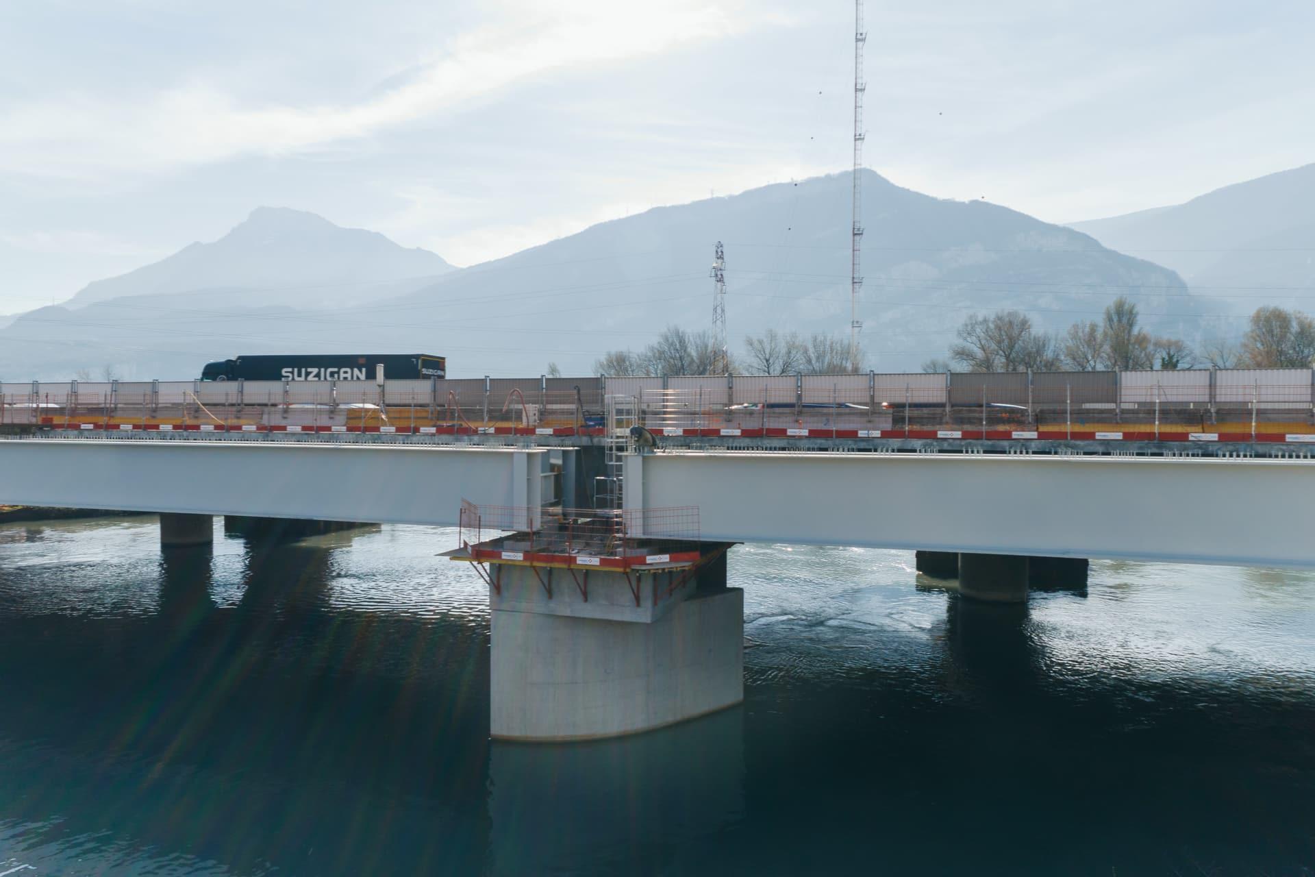 pile du pont de l'Isère le long de l'autoroute A480