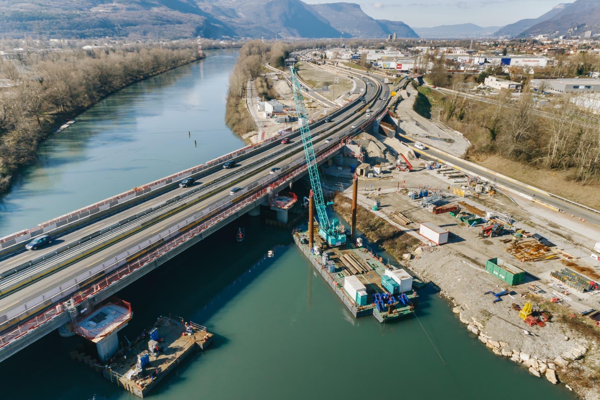 nouvelles structures en cours de construction de part et d'autre du tablier sur le viaduc de l'Isère