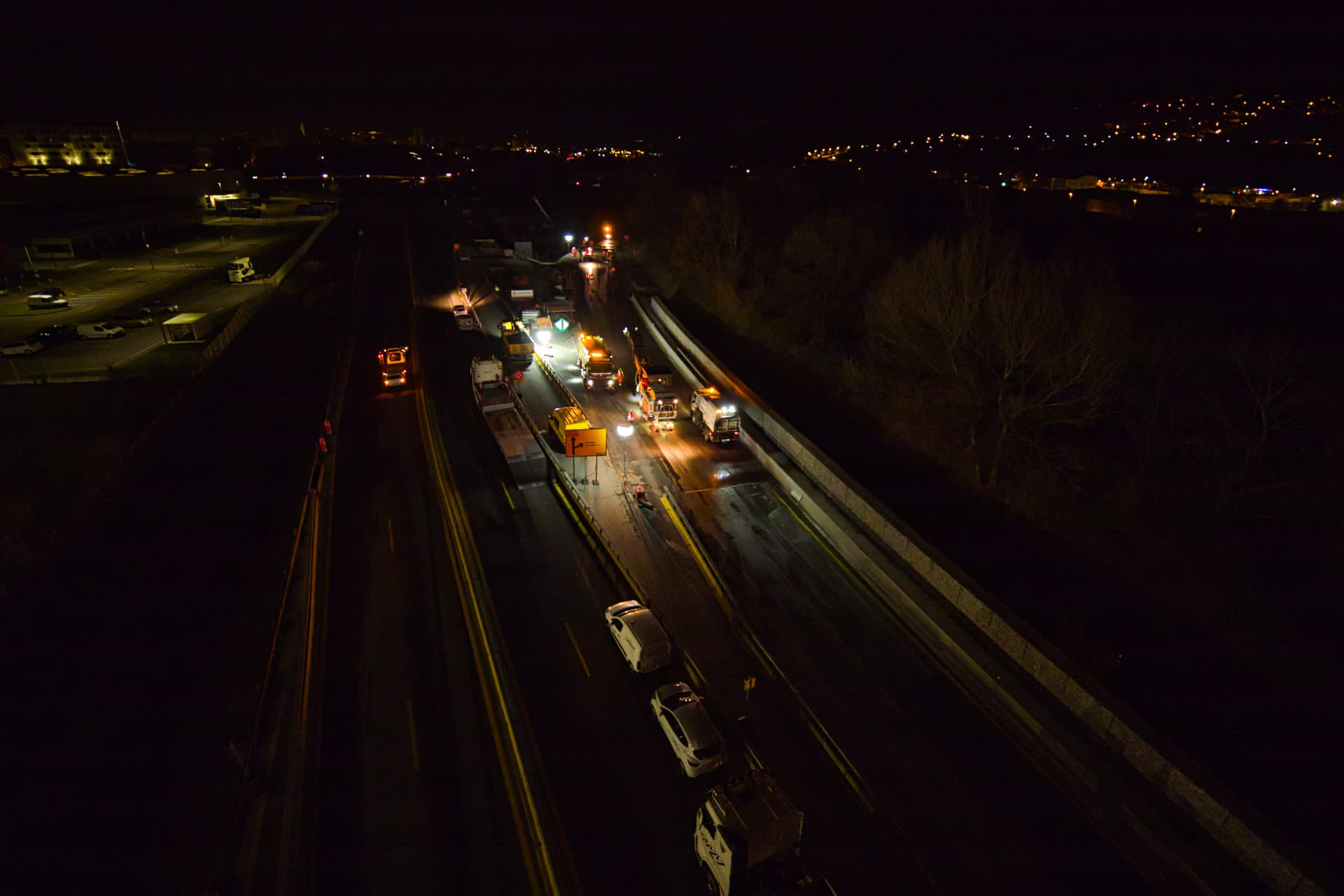 Les équipes d'AREA travaillant de nuit au réaménagement de l'autoroute A480