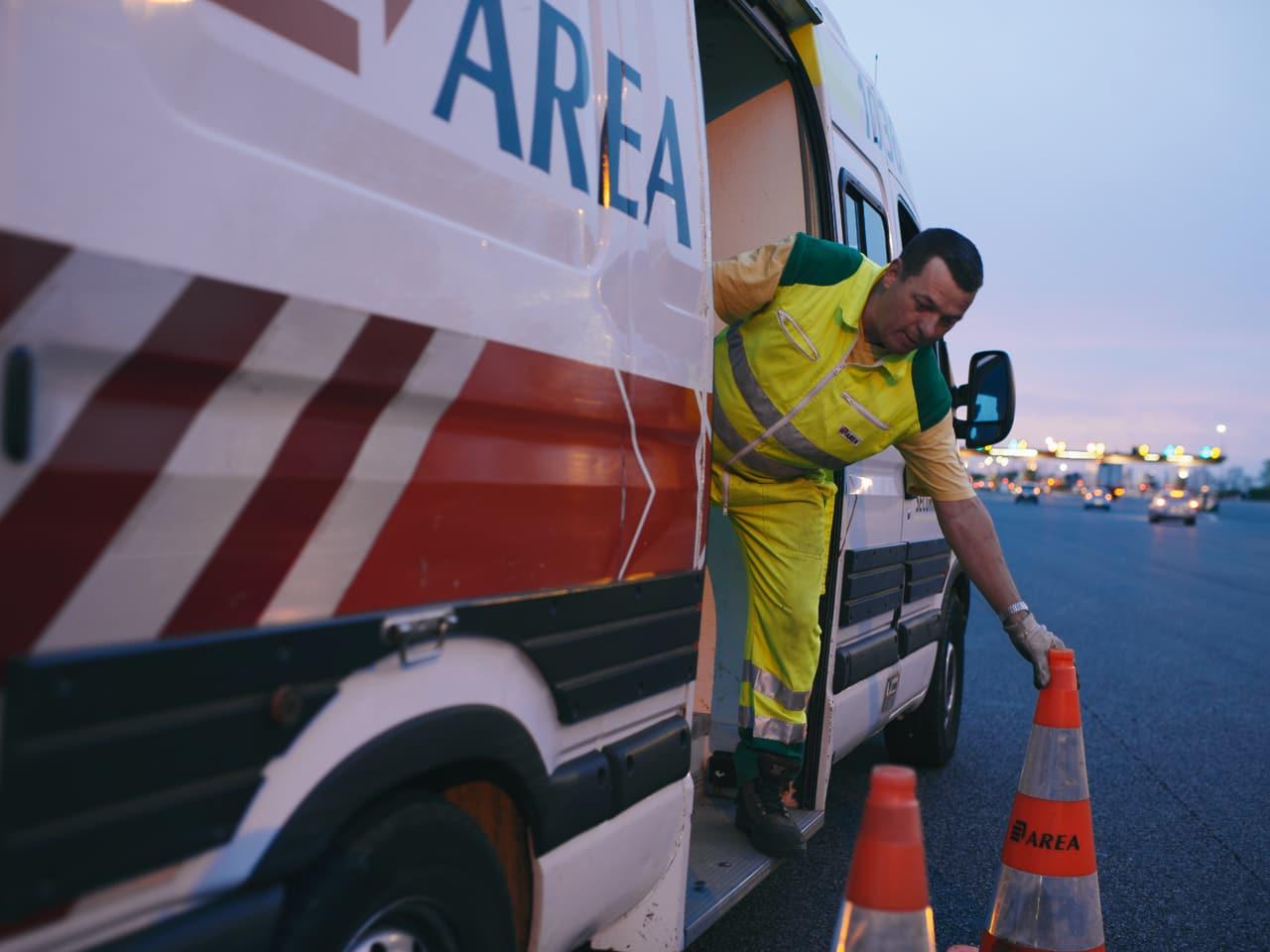 Agent d'AREA travaillant de nuit près du péage