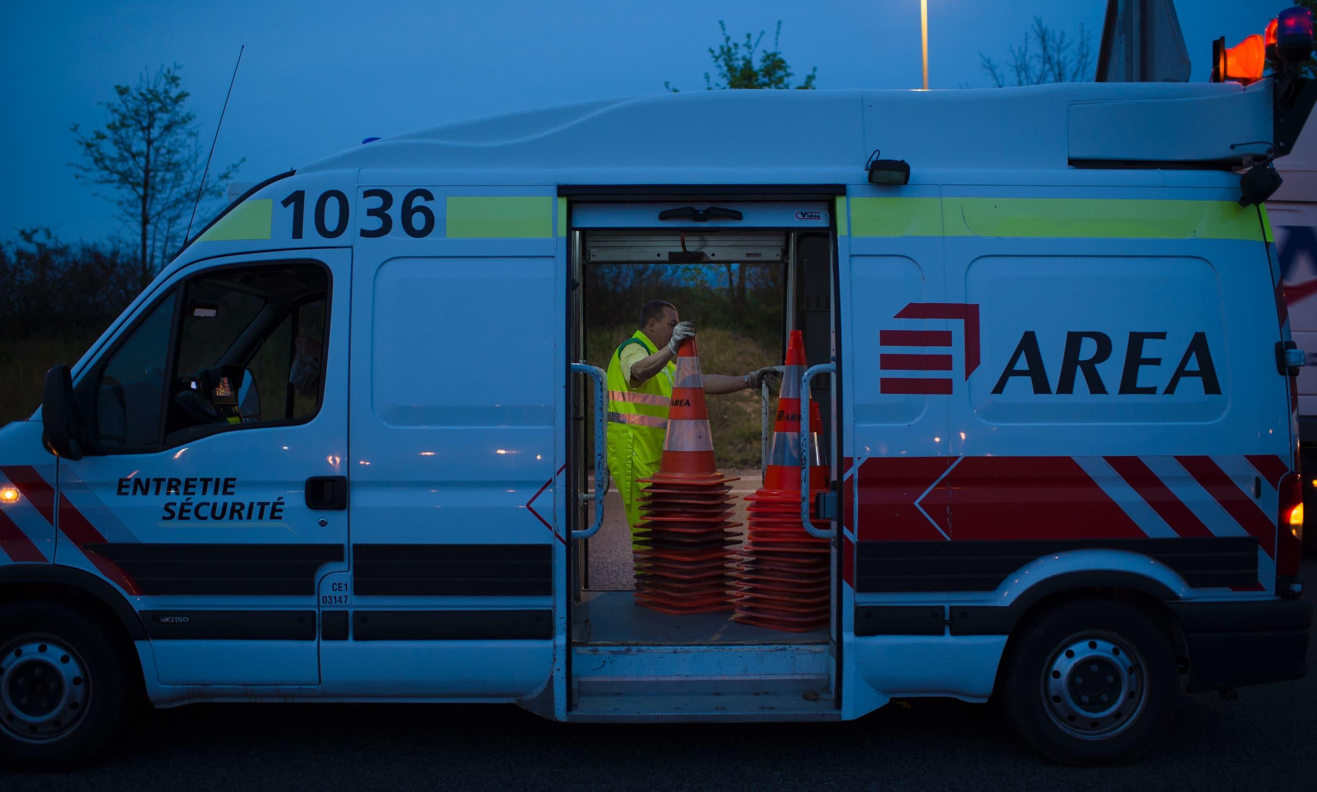 Agent d'Area travaillant de nuit le long de l'autoroute A480