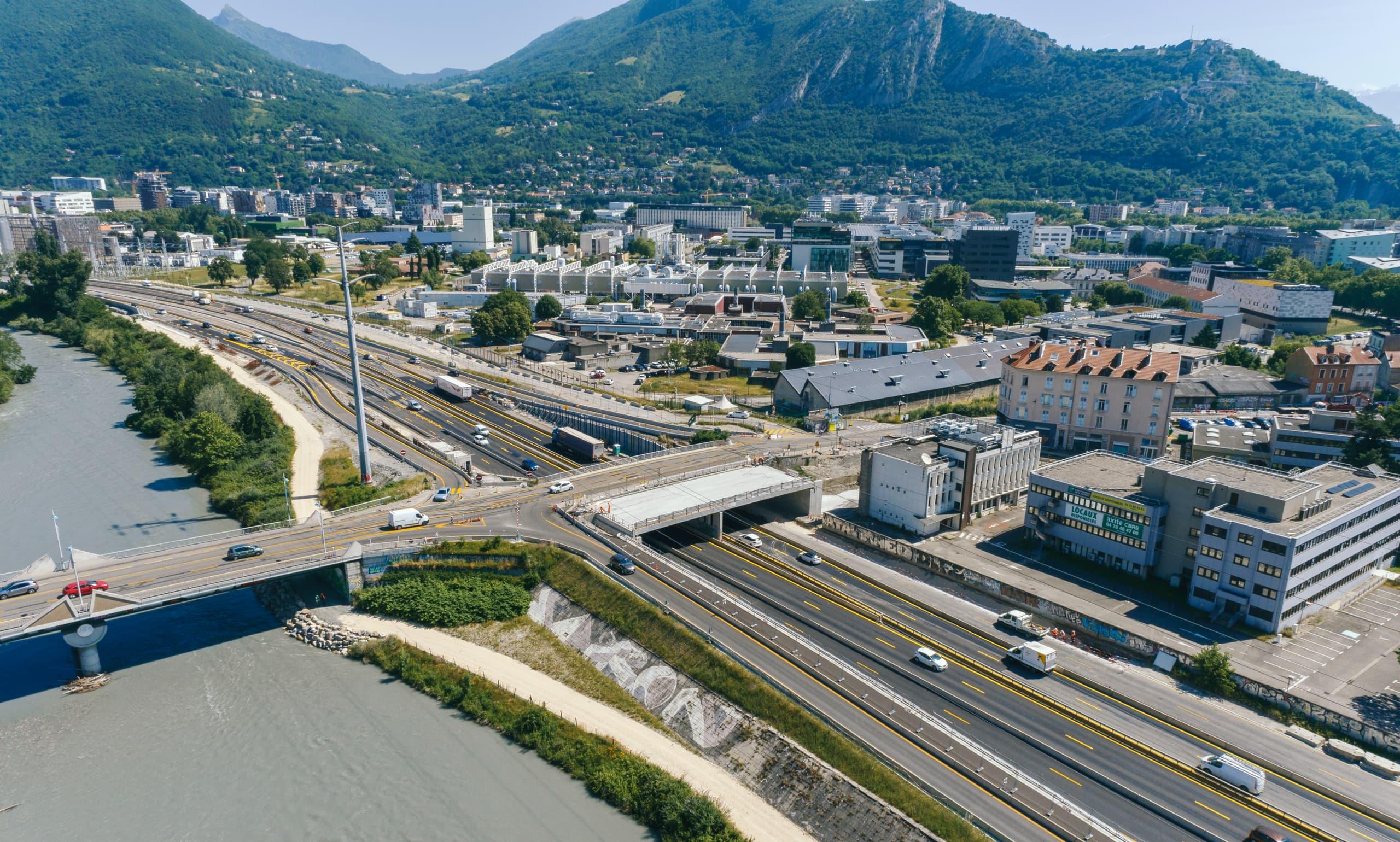 travaux en cours pour l'extention des voies sur le pont de Vercors au dessus de l'axe autoroutier A480-Rondeau