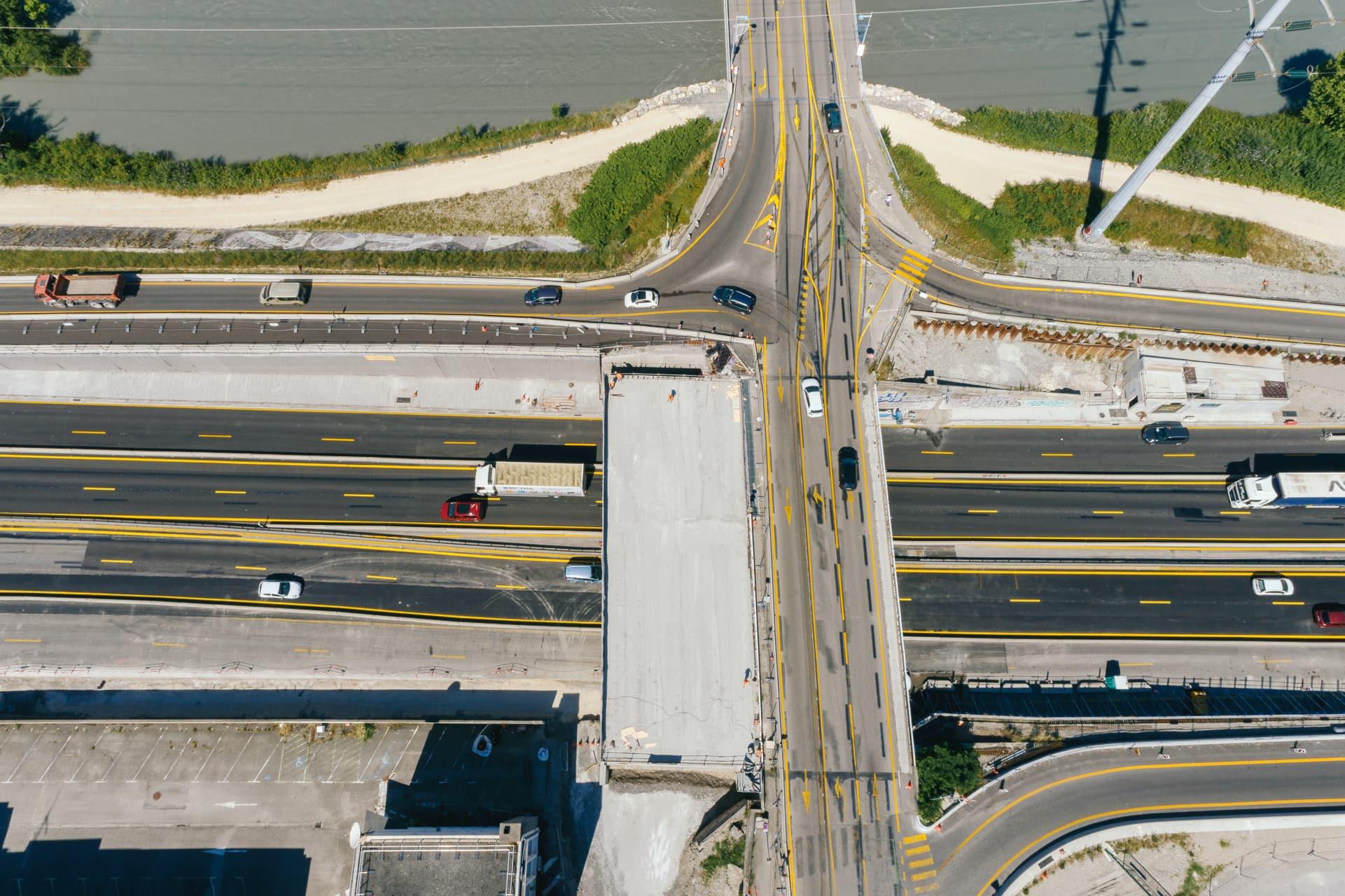 Vu du ciel de la Construction de l'extention de voies sur le pont de Vercors au dessus de l'autoroute A480