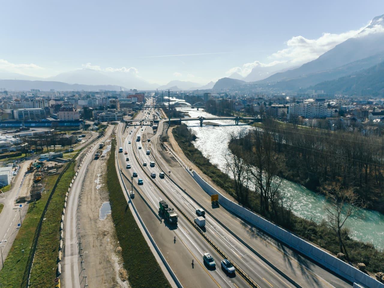 Travaux le long de l'autoroute A480 autour du diffuseur de Martyrs à Grenoble