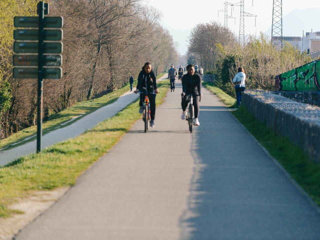 Cyclistes sur la piste cyclable le long de l'autoroute A480