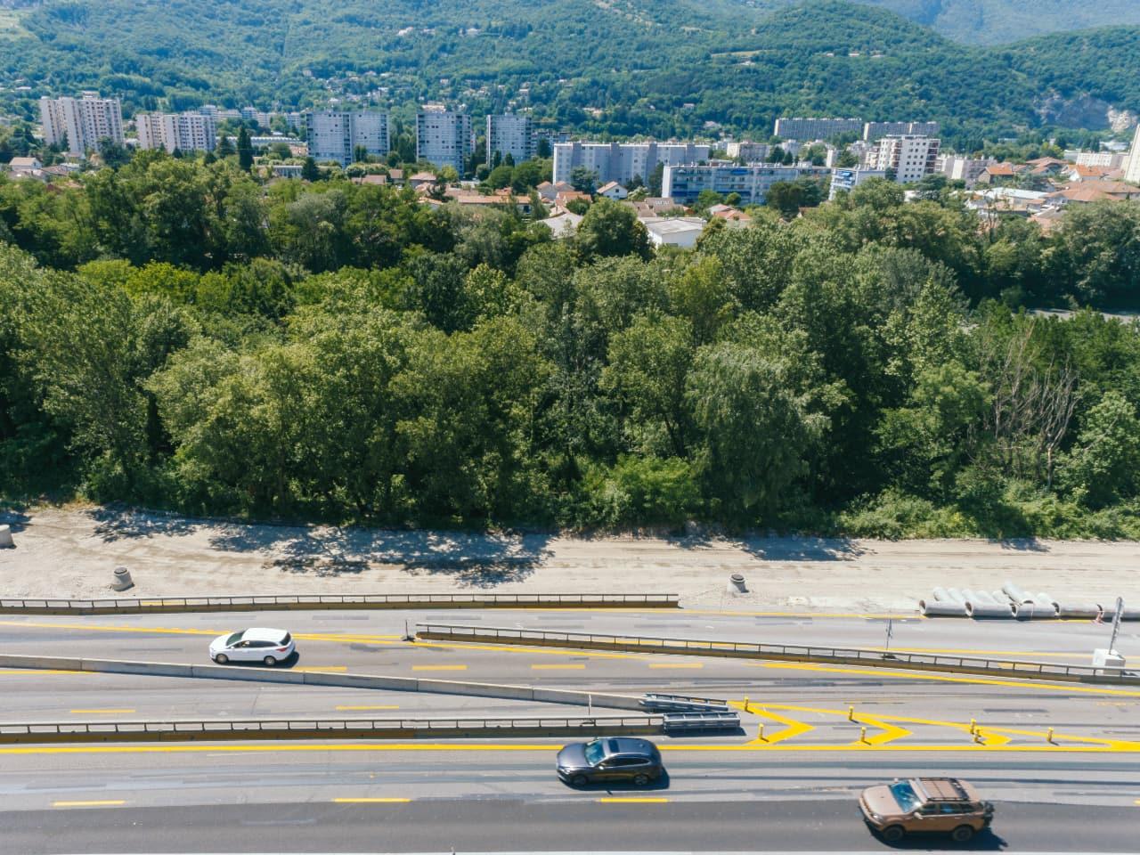 Bretelle de sortie sur l'autoroute A480 dans le secteur de Louise-Michel