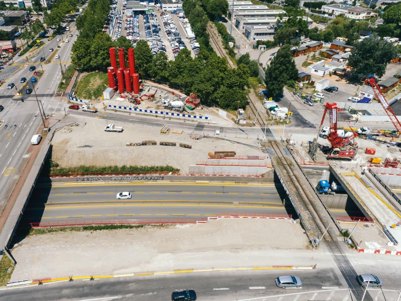 Centrales à boue (silos rouge) et benne preneuse manipulée par la grue (à droite)