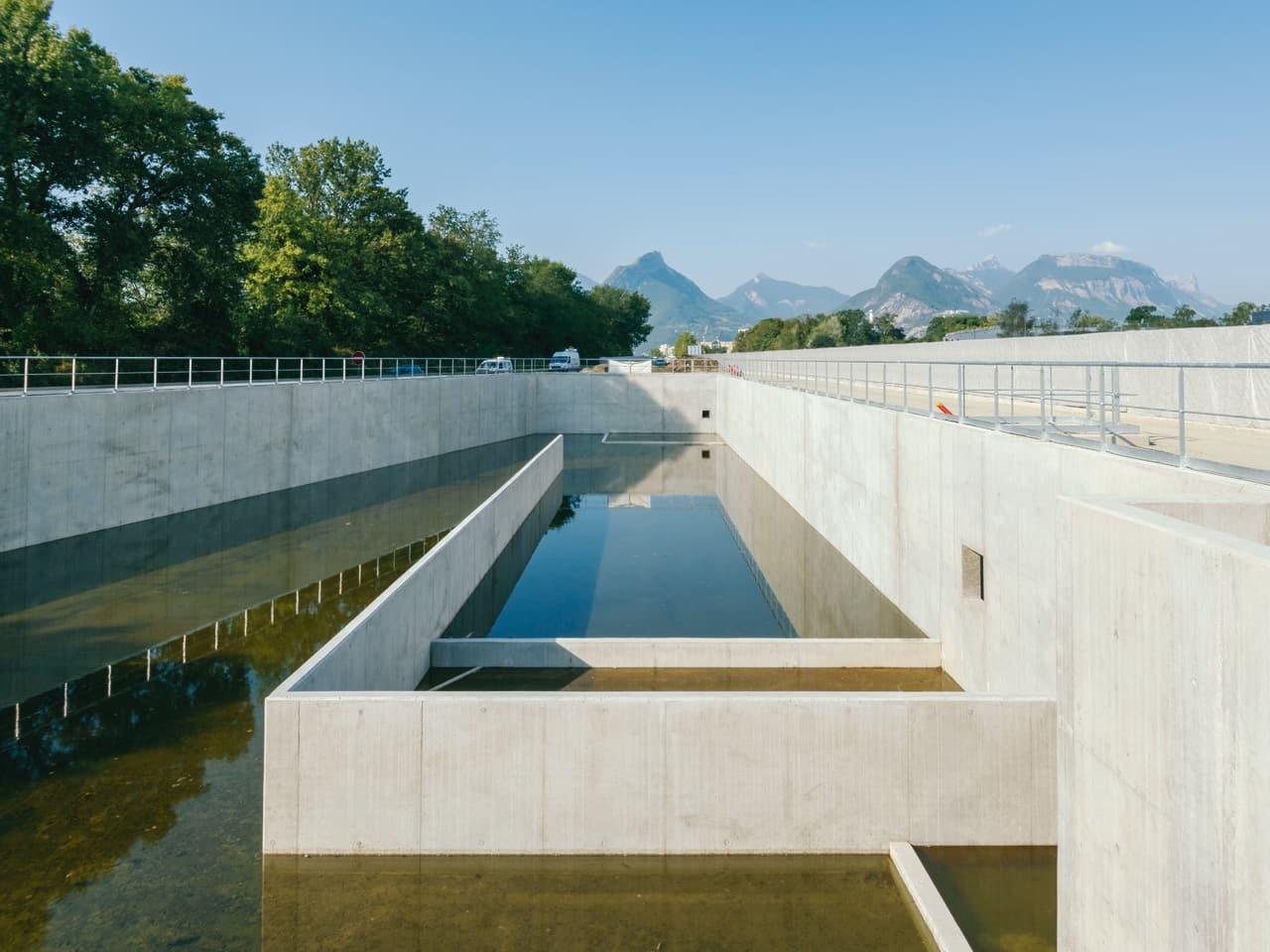 Bassin d'assainissement sur le secteur du Rondeau le long de l'autoroute A480