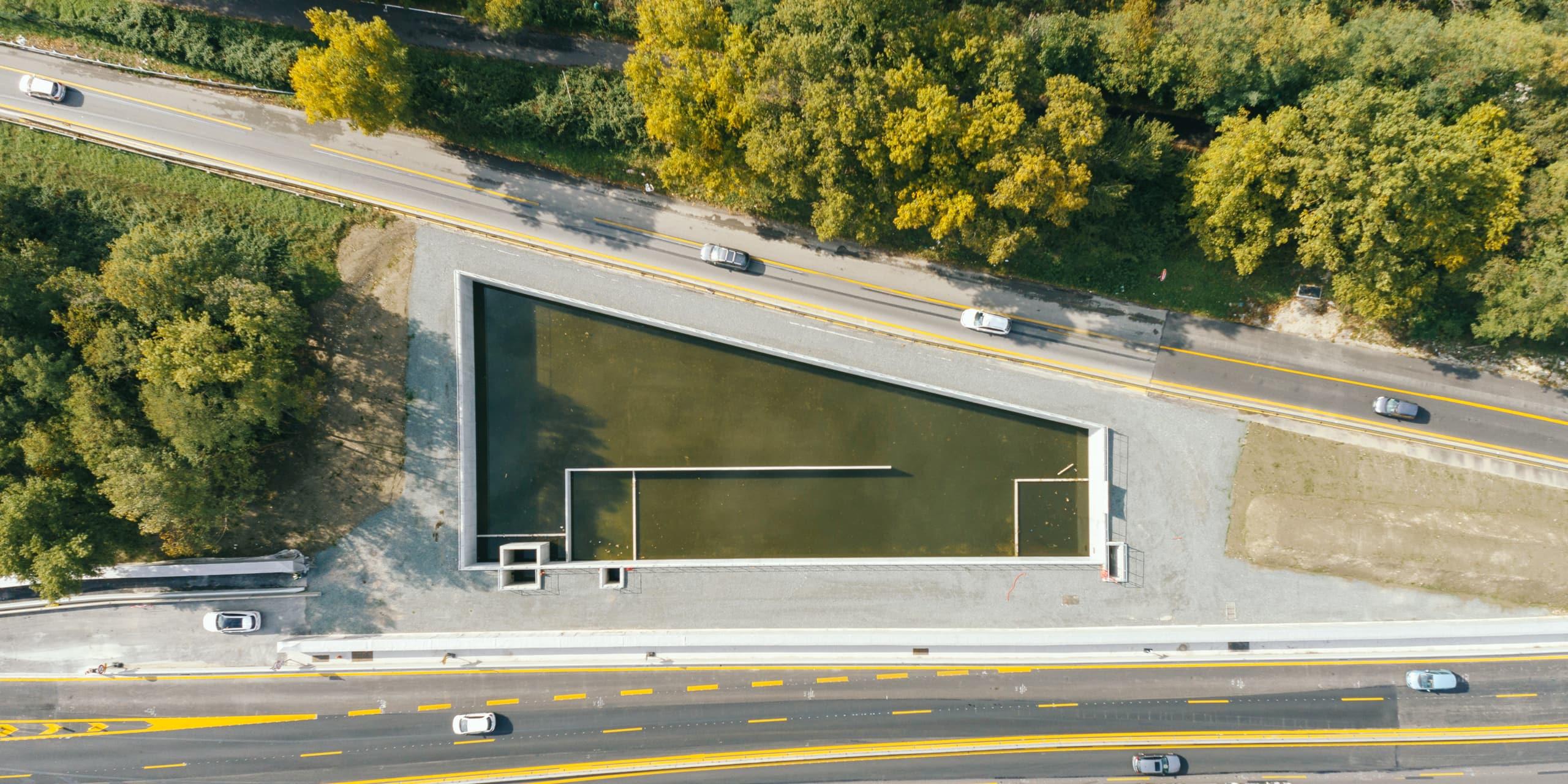 Bassin d'assainissement sur l'autoroute A480 vu du ciel