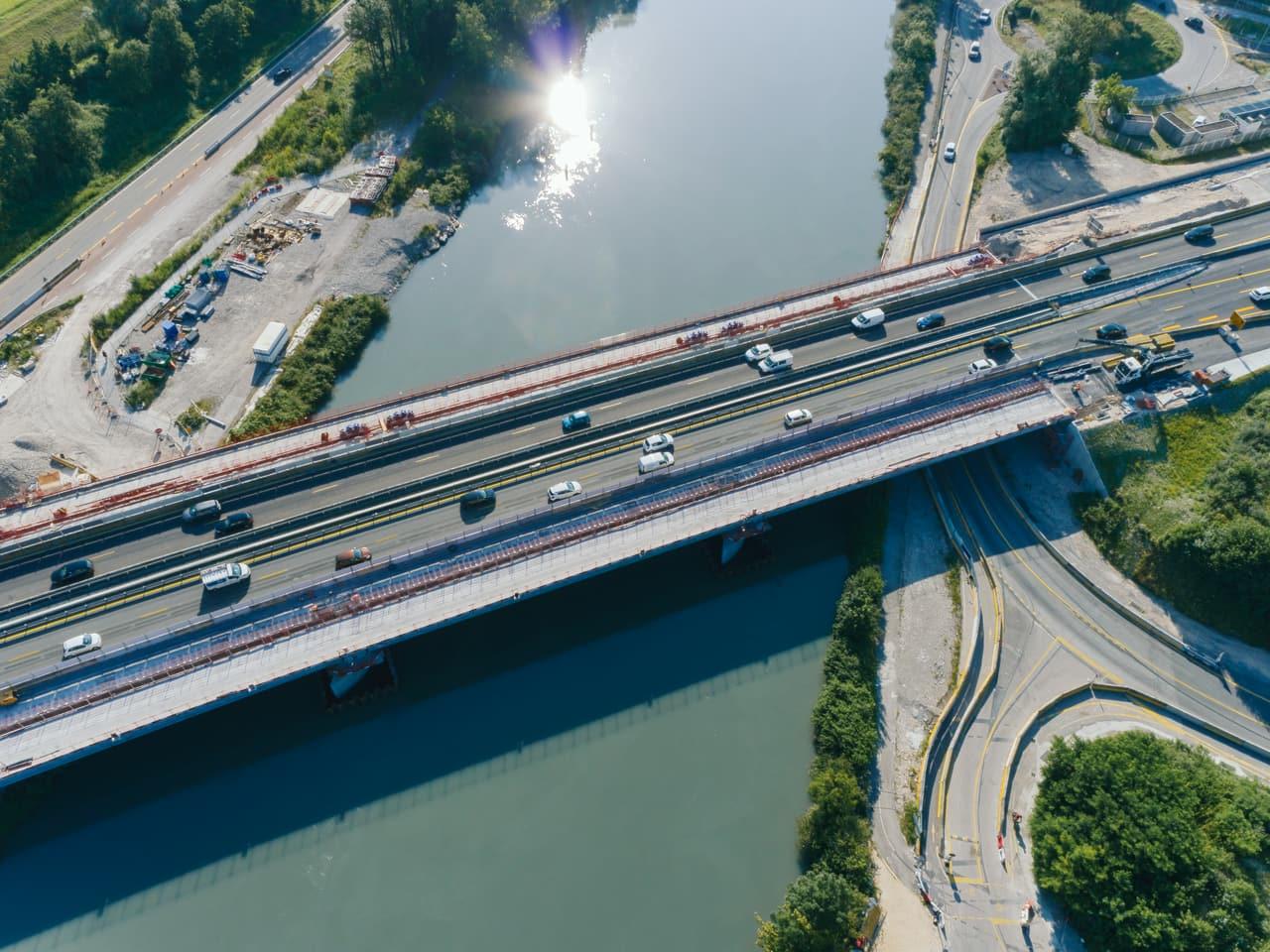 Viaduc de l'Isère durant la préparation au clavage du nouveau tablier sur l'existant le long de l'autoroute A480