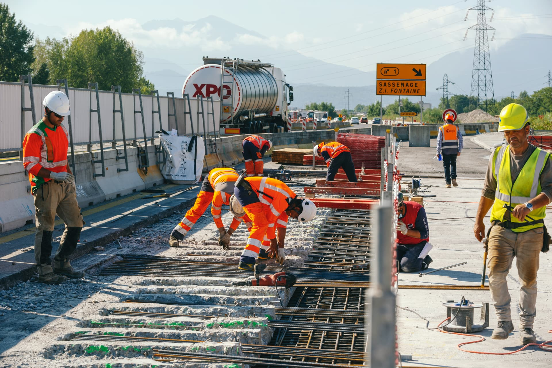Agents travaillant à la préparations du clavage sur le viaduc de l'Isère le long de l'autoroute A480