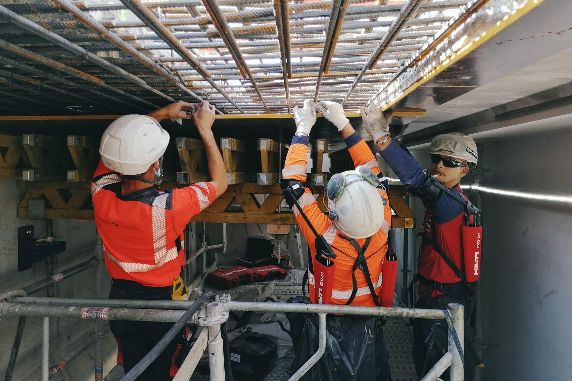 Agents travaillant à la préparation du clavage sur le viaduc de l'Isère de l'autoroute A480